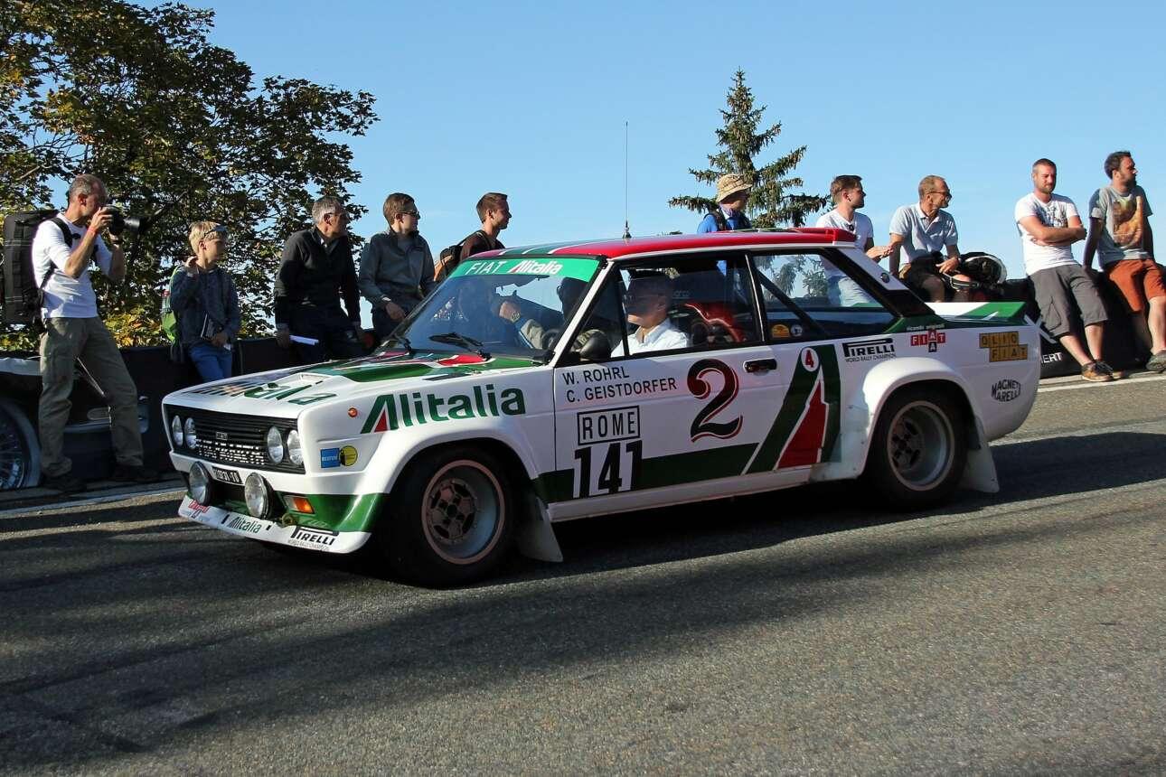 Fiat 131 Abarth Rally (1978) Όταν η Φίατ παρουσίασε το 131, η πρόθεσή της ήταν να προσφέρει στο μαζικό κοινό ένα καλοσχεδιασμένο, αρκετά ευρύχωρο αυτοκίνητο με χαμηλό κόστος συντήρησης και προσιτή τιμή. Τη σκυτάλη που ανέβασε το 131 σε άλλο επίπεδο ανέλαβε η Abarth, το σπορ παρακλάδι των Ιταλών, η οποία μετέτρεψε το αθώο οικογενειακό σε πολεμική μηχανή. Το Fiat 131 Abarth Rally που βλέπετε είναι ένα μόλις από τα 400 αντίτυπα που απαιτήθηκαν για την ομολογκασιόν της εποχής. Σε αγωνιστική εκδοχή το αυτοκίνητο απέδιδε περί τους 245 ίππους, διέθετε ανεξάρτητη πίσω ανάρτηση αντί για τον κλασικό άξονα της συμβατικής έκδοσης και, έχοντας μεγάλα ονόματα στη θέση του οδηγού, το Fiat 131 Abarth Rally κατέκτησε τρία παγκόσμια πρωταθλήματα, το 1977, 1978 και 1980.