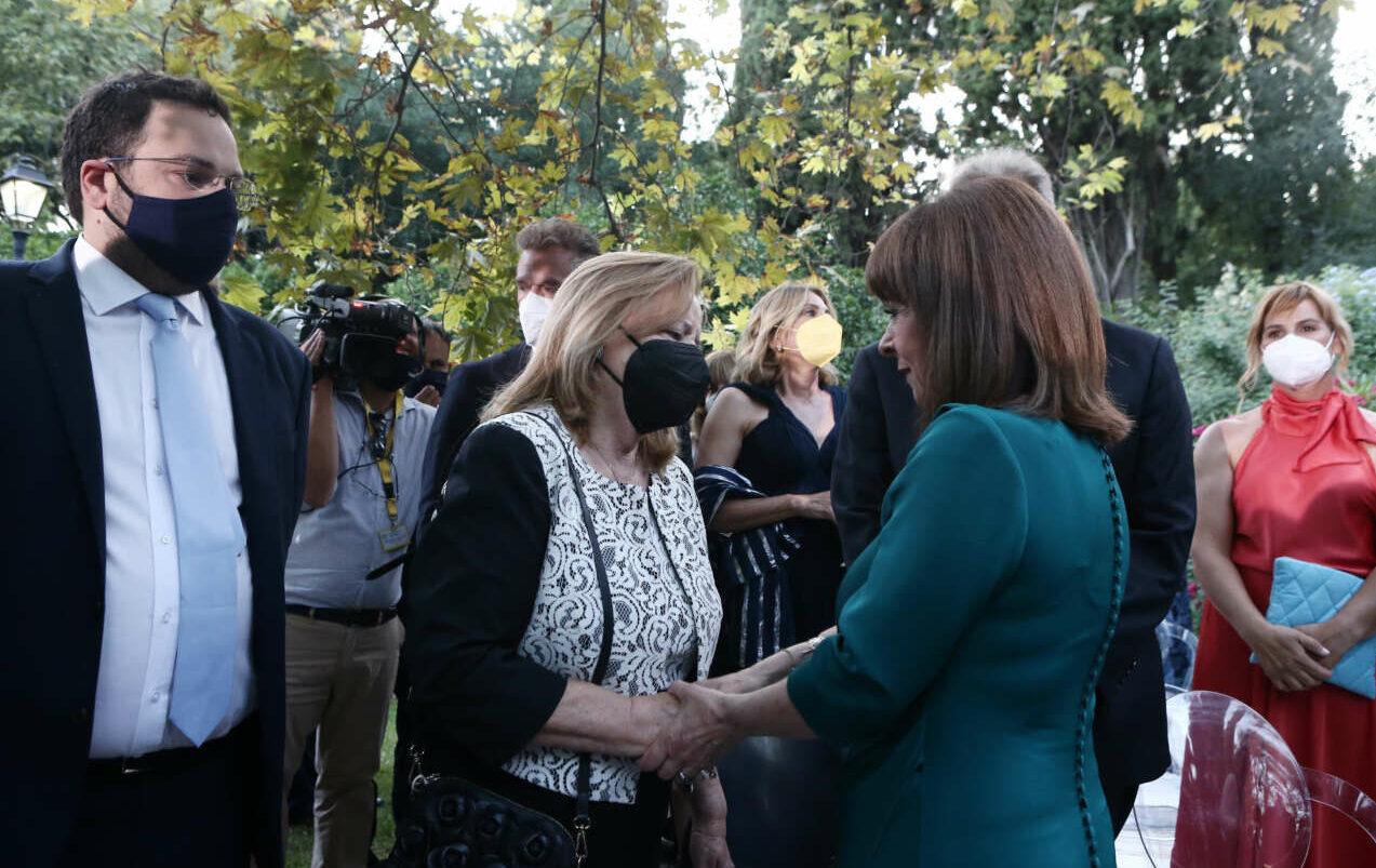Η Πρόεδρος της Δημοκρατίας καλωσορίζει την Σταυρούλα Αξαρλιάν, μητέρα του αδικοχαμένου Θάνου Αξαρλιάν