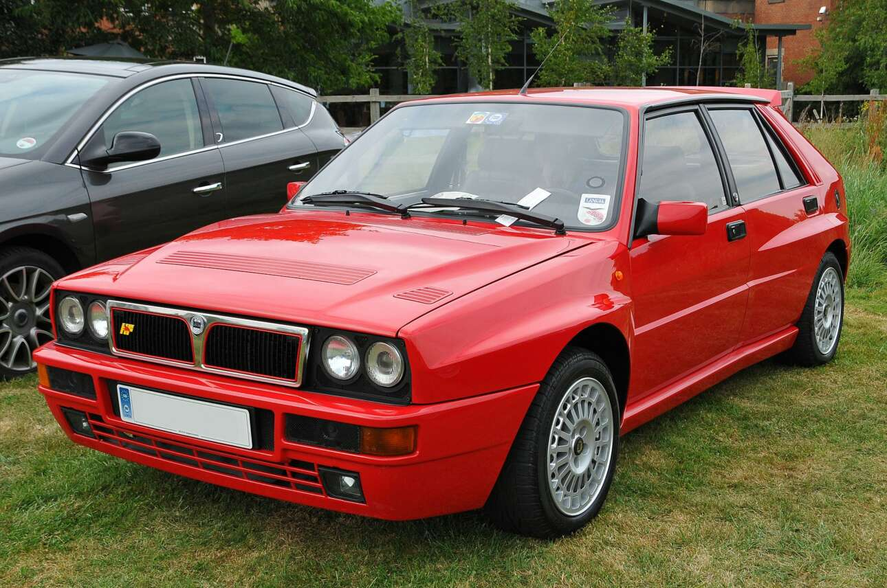 "Lancia Delta Integrale (1991) Τι κι αν η θέση οδήγησης είχε τα κλασικά δικά της στοιχεία -τύπου ""homo italicus""- με τα πόδια κοντά και παράκεντρα με τα πεντάλ και τα χέρια σχεδόν τεντωμένα; Η Lancia HF Integrale με το που γύρναγες τη μίζα ενσωμάτωνε όλη τη σύνδεση που περίμενε ο Πραγματικός Οδηγός της εποχής. Αίσθηση, ακρίβεια, ρυθμισιμότητα, ήχος και μια ελαφρά υπερστροφική διάθεση αν επέμενες και εξουδετέρωνες την αρχική, ελαφριά υποστροφή. Λίγα αυτοκίνητα στην ιστορία της αυτοκίνησης έχουν καταφέρει να είναι τόσο εμβληματικά. Μακάριοι όσοι έκατσαν πίσω από το τιμόνι της και ένα μεγάλο respect σε όσους την αγόρασαν και ακόμη την έχουν στην κατοχή τους."