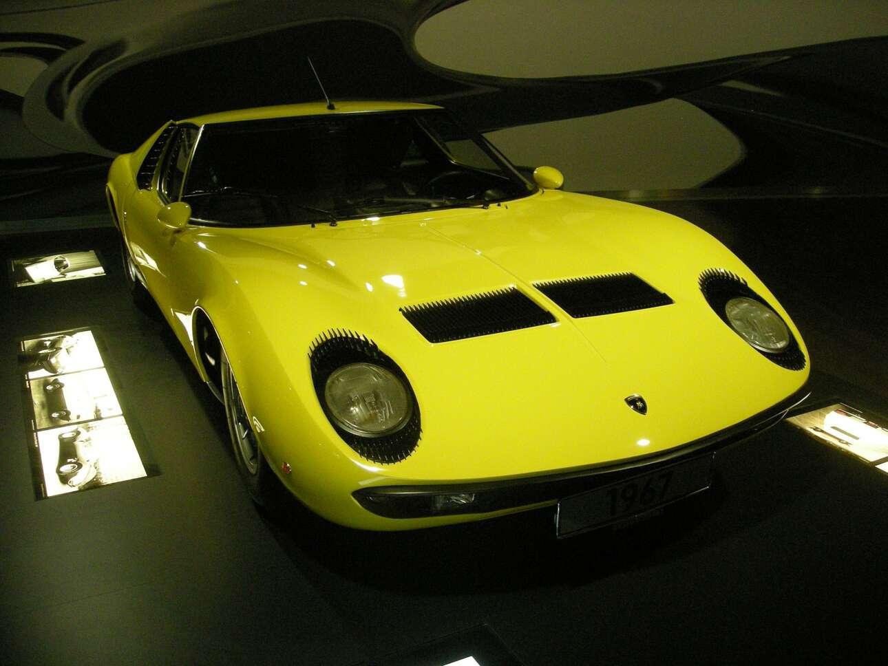 Lamborghini Miura (1967) Για πολλούς ιστορικούς της αυτοκίνησης η Miura αντιπροσωπεύει το αρχετυπικό ιταλικό υπεραυτοκίνητο. Φαρδύ, κεντρομήχανο, αισθησιακό. Ουσιαστικά, γεννήθηκε μετά από κόντρα του Φερούτσιο Λαμποργκίνι (που έως τότε ήταν κατασκευαστής τρακτέρ) με τον Ένζο Φεράρι, όταν ο τελευταίος τον πρόσβαλλε λέγοντάς του «τι ξέρεις εσύ από αυτοκίνητα; Ασχολήσου με τα τρακτέρ σου». Και ο Λαμποργκίνι, προς εκδίκηση, δημιούργησε τη Miura. Μετά την πετρελαϊκή κρίση του '70 και τις μεγάλες απεργιακές ακινητοποιήσεις που γονάτισαν το βιομηχανικό νότο, το αγροτόπαιδο που έγινε πρίγκιπας τα πούλησε όλα. Τις Lamborghini, τα τρακτέρ, τα συστήματα θέρμανσης, τα πάντα. Ο γιος του, Toνίνιο, δεν ασχολήθηκε ποτέ. Αγόρασε, λοιπόν, μια έκταση, έλυσε τη γραβάτα, έβαλε τις γαλότσες και άρχισε να βγάζει το δικό του κρασί. Το ονόμασε «Sangue di Miura», δηλαδή «το αίμα της Miura». Μια υπενθύμιση μιας άλλης εποχής της Lambo.