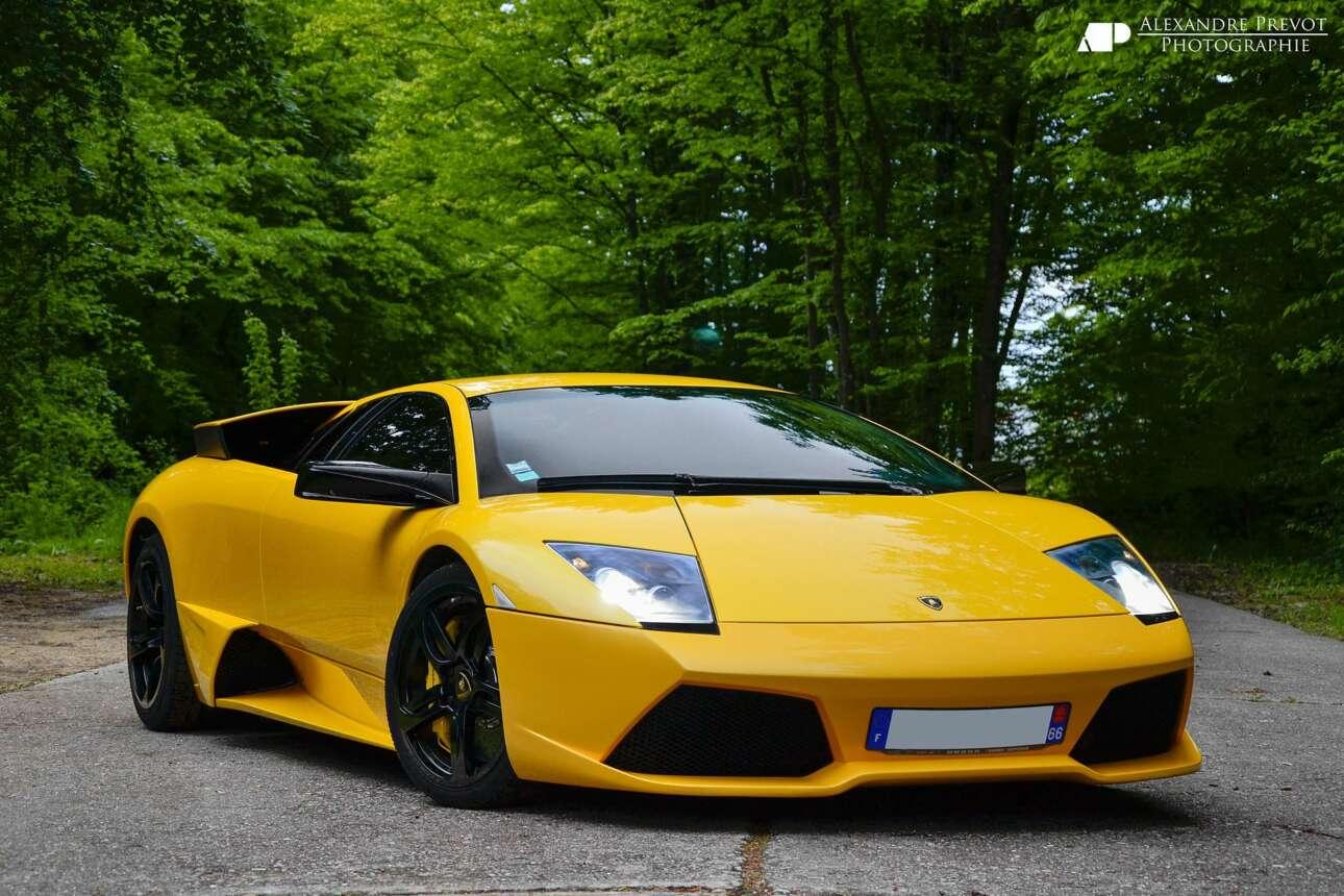 Lamborghini Murcielago LP640 (2001) Απόκοσμη, παλαιάς κοπής, με ελάχιστα ηλεκτρονικά και 640 ίππους, όπως υποδηλώνει ο κωδικός της. H LP640 ήταν το αρρενωπό, κτηνώδες άλιεν που δεν παζάρευε τις προθέσεις του.Σέρνεται στο έδαφος, πιάνει μια λωρίδα για πάρτη του, οι καθρέφτες απέχουν σχεδόν σαράντα πόντους από το αμάξωμα και ξυρίζουν τα χόρτα, έχει γωνίες που κάνουν μια Φεράρι να δείχνει σαν εξευγενισμένη πριμαντόνα και αεραγωγούς που μπορεί να φωλιάσει μια ολόκληρη αγέλη πτηνών.Η LP 640 ήταν ίσως το τελευταίο κλασικό ιταλικό ''μέγκα-σούπερκαρ'' με δόσεις παλιάς σχολής που ανδρώθηκε στο δόγμα του big, bad and loud. Υπεραυτοκίνητο με στεροειδή.