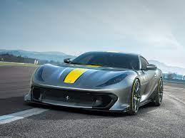 Ferrari 812 Competizione (2021) Στα πρόθυρα της νέας εποχής της αυτοκίνησης, λίγες μόλις ημέρες μετά την επίσημη ανακοίνωση της εταιρείας ότι το 2025 θα έχει παρουσιαστεί η πρώτη αμιγώς ηλεκτρική Ferrari, έρχεται αυτή εδώ η έκδοση για να θυμίζει στους «άρρωστους» βενζινοαίματους αυτού του πλανλήτη το πώς ήταν μια φορά κι έναν καιρό η ζωή στο Μαρανέλο. Κι αυτό το λέμε γιατί το πιθανότερο είναι πως η Φεράρι δεν πρόκειται ποτέ ξανά να κατασκευάσει ένα V12 ατμοσφαιρικό χωρίς καμία ηλεκτρική υποβοήθηση. Οπότε πρέπει όλο αυτό να μας μείνει ανεξίτηλο. Αλλά και επίζηλο συλλεκτικά. Επιπλέον 28 ίπποι, απόδοση-ρεκόρ 830 ίππων από το στάβλο του Μαρανέλο, V12, ατμόσφαιρα, το υψηλότερο στροφάρισμα έβερ στις 9,500 rpm, φοβιστικά γρήγορη, μειωμένο βάρος, 7-άρι κιβώτιο διπλού συμπλέκτη. Οι Ferrari 812 Competizione and 812 Competizione A (με τη δεύτερη να είναι η ανοιχτή έκδοση) μοιάζουν να συμπυκνώνουν ό,τι πιο εθιστικό έχει ποτέ παραχθεί σε αναλογίες υπεραυτοκινήτου με τον κινητήρα μπροστά. Και χωρίς καμία υβριδική υποστήριξη.