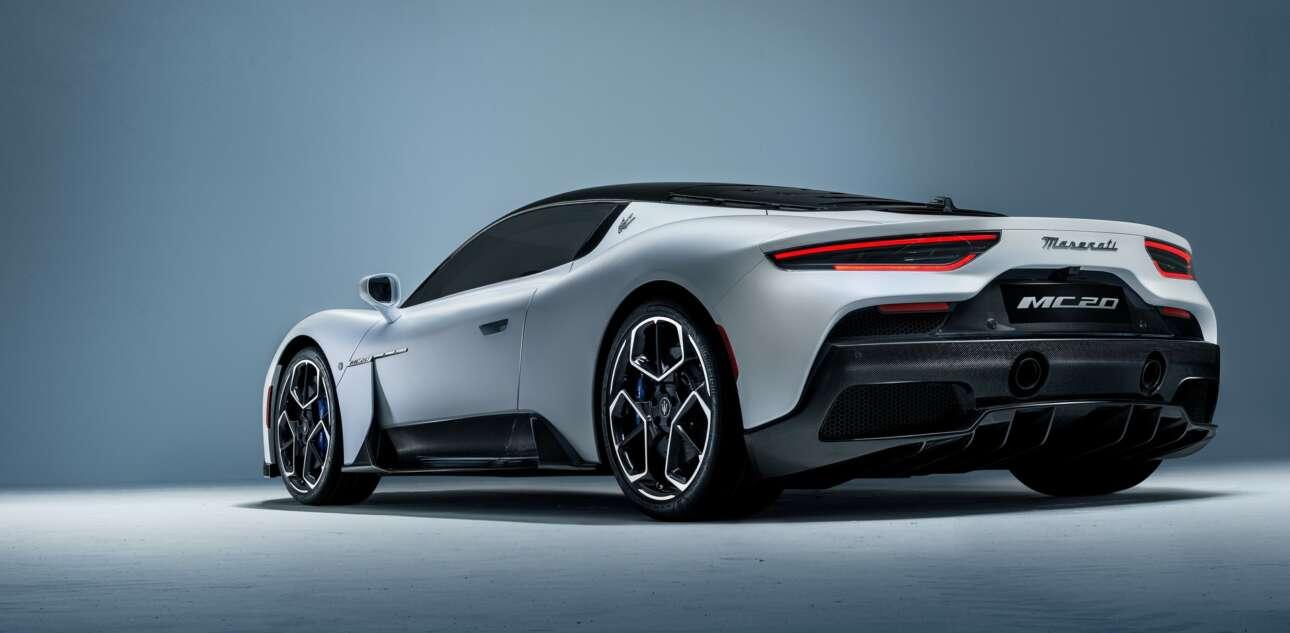 Maserati MC20 (2021) Η νέα MC20 είναι 100% φτιαγμένη στην Ιταλία, με αίμα της Μόντενα και κουβαλάει πολλές ελπίδες. Και οφείλει να πετύχει. Το νέο υπεραυτοκίνητο με σήμα την τρίαινα κουυβαλάει ιστορία, ελπίδες, ενδεχομένως και μία θέση στη σκιά της Φεράρι.Αυτό, άλλωστε, ήταν το πρόβλημά της τα πρόσφατα χρόνια. Εννοείται και οι χαμηλές πωλήσεις. Αλλά κι αυτές επηρεάστηκαν γιατί δεν είχε τοποθετηθεί η μπράντα σωστά ως προϊόν. Πριν δυο χρόνια έλαβε χώρα η συνειδητοποίηση. Είχε ήδη χαθεί πολύτιμος χρόνος. Αλλά, έστω τότε, έγινε η προσγείωση στην πραγματικότητα.Ήταν τότε που ο πρόεδρος του γκρουπ της FCA, Μάικ Μάνλει, είχε δηλώσει πως «το γεγονός ότι συνδέσαμε τη Maseratiμε την Alfa Romeo προκάλεσε δύο πράγματα. Πρώτον, μείωσε το ενδιαφέρον προς τη Maseratiκαι δεύτερον η Μaseratiγια μια περίοδο χρόνου αντιμετωπίστηκε ως έναμαζικό προϊόν, σαν την Αlfa Romeo. Kαι αυτό δεν θα 'πρεπε να συμβεί». Σημασία, ωστόσο, έχει το σήμερα. Και η Maserati MC20 φαίνεται να είναι το σωστό βήμα στη σωστή κατεύθυνση. Μάλιστα την ώρα που γράφονται αυτές οι γραμμές, λίγες ώρες πριν τον τελικό του αγώνα μεταξύ Ιταλίας-Αγγλίας, η MC20 έκανε την παρθενική της εμφάνιση, και δη επί βρεττανικού εδάφους.