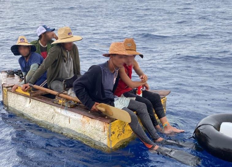 Αυτοί οι άνθρωποι εντοπίστηκαν από την Ακτοφυλακή των ΗΠΑ να βολοδέρνουν σε αμερικανικά νερά στριμωγμένοι στο καρυδότσουφλο που βλέπετε. Δραπέτευσαν από την Κούβα τραβώντας κουπί και… βατραχοπέδιλο