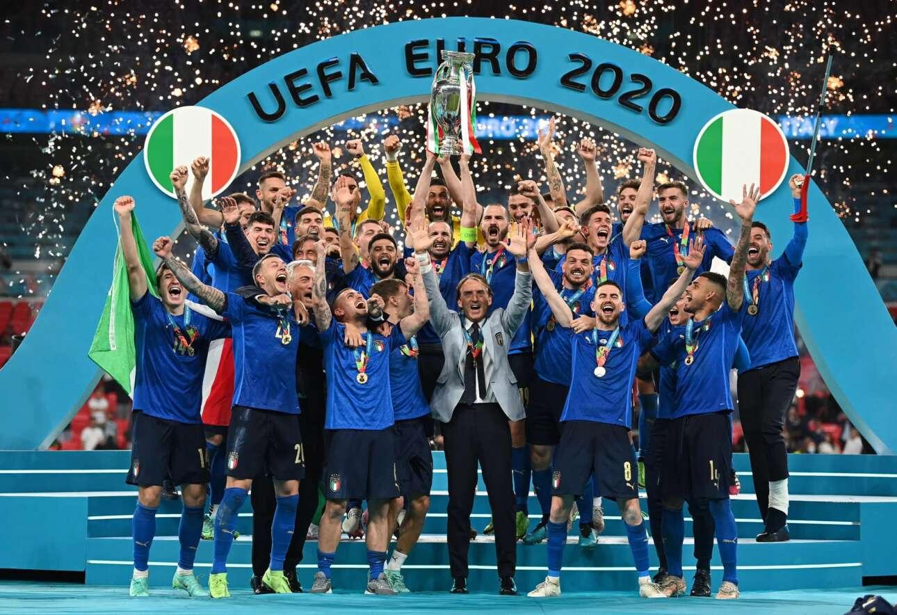 Η στιγμή της δόξας για τον αναμορφωτή της Εθνικής Ιταλίας Ρομπέρτο Μαντσίνι και τους παίκτες του