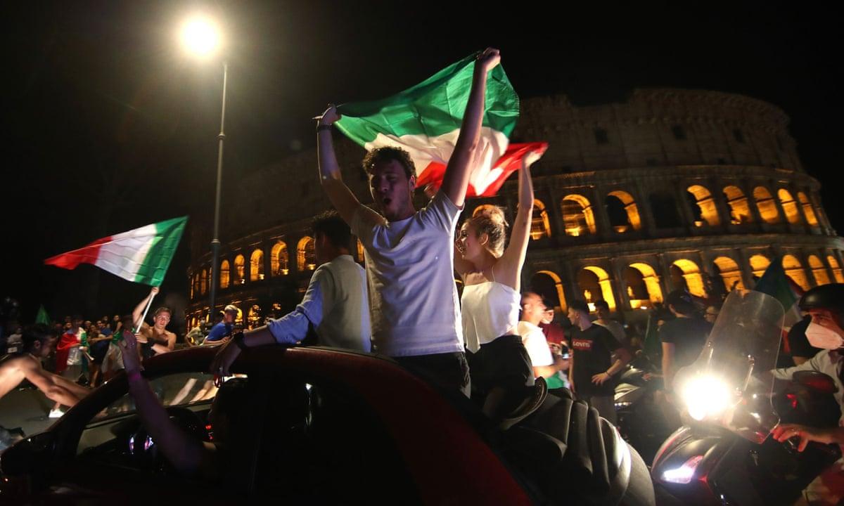 Oι Ιταλοί σε πελάγη ευτυχίας πανηγυρίζουν στο Κολοσσαίο