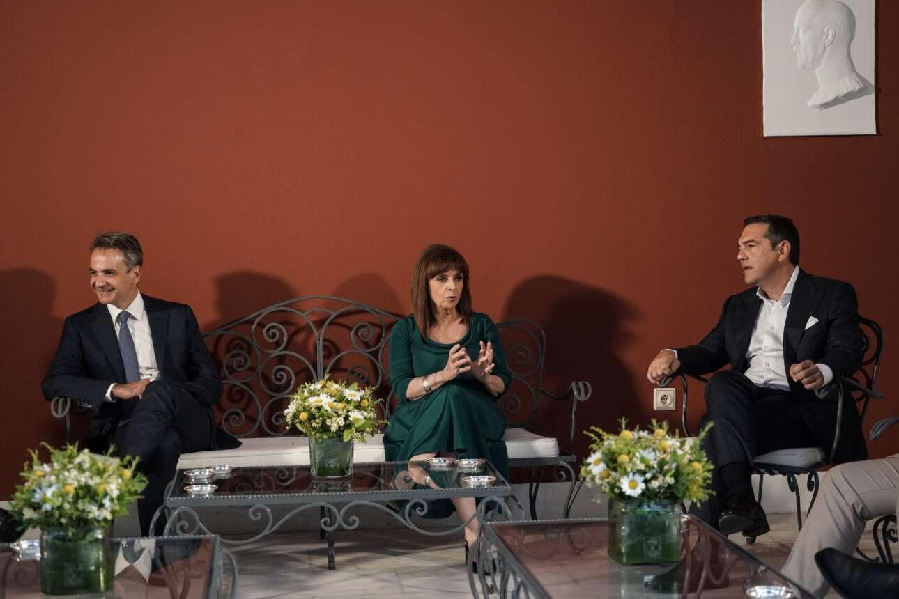 Κυριάκος Μητσοτάκης, Κατερίνα Σακελλαροπούλου και Αλέξης Τσίπρας στο κιόσκι του Προεδρικού Μεγάρου