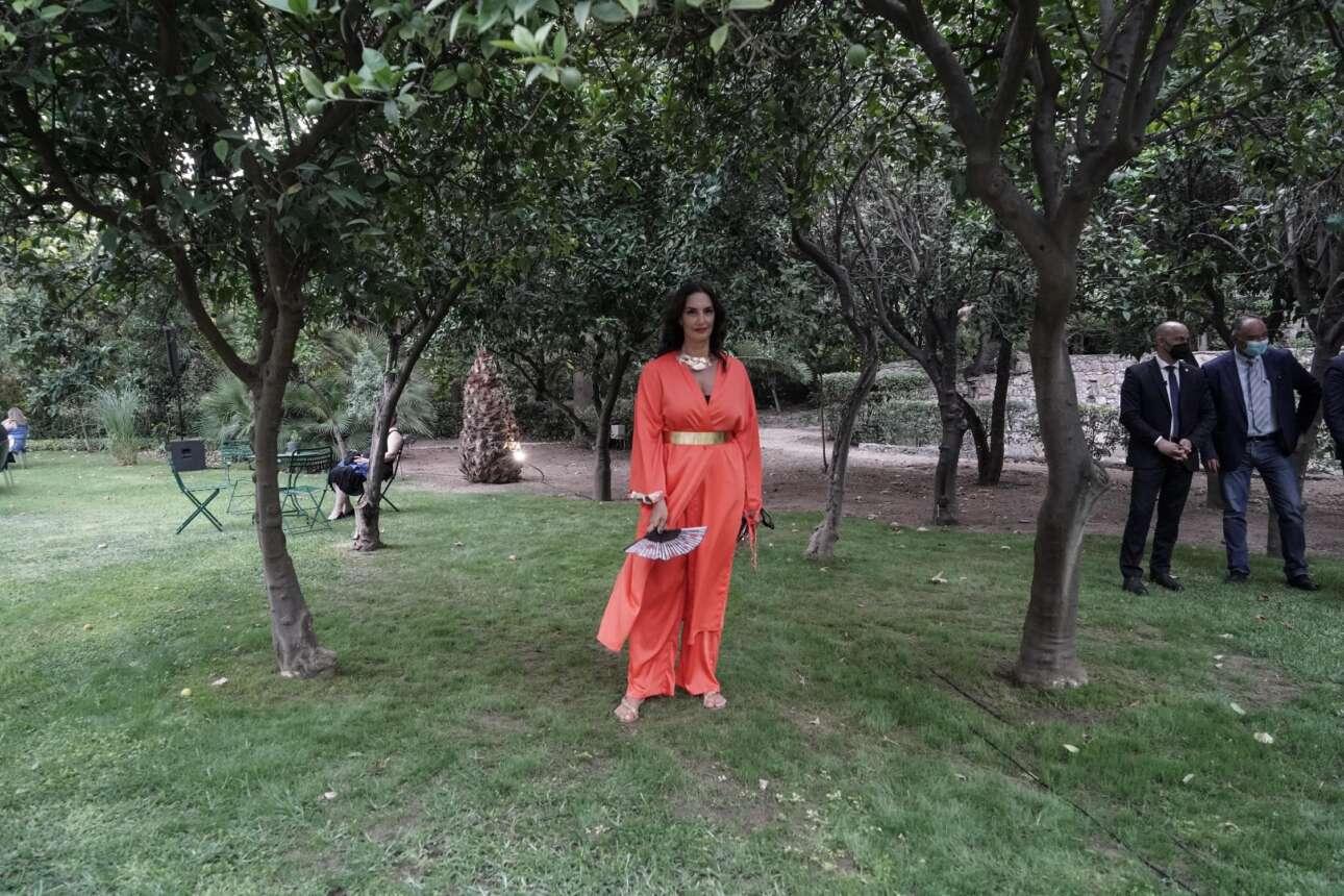 Η Νόνη Δούνια, βουλευτής της ΝΔ, στον κήπο του Προεδρικού