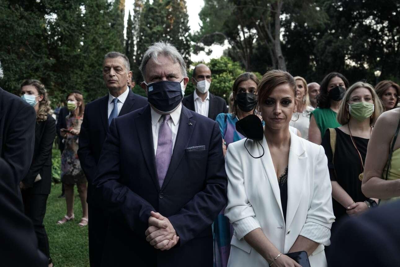 Γιώργος Κατρούγκαλος με διπλή μάσκα, Ραλλία Χρηστίδου με μάσκα-σκουλαρίκι