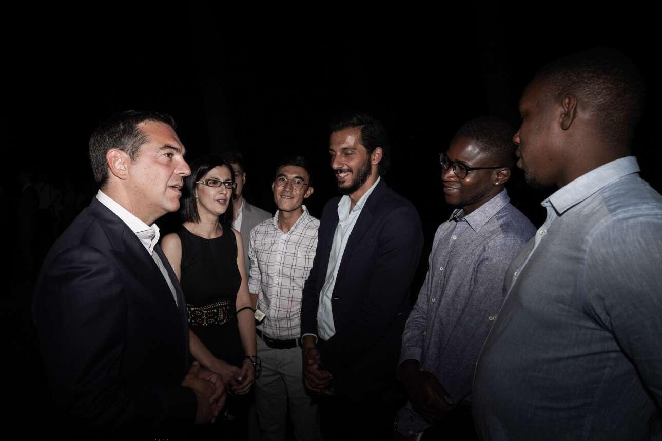 Η Ειρήνη Αγαπιδάκη συστήνει στον Αλέξη Τσίπρα τους καλεσμένους της Προεδρίας της Δημοκρατίας