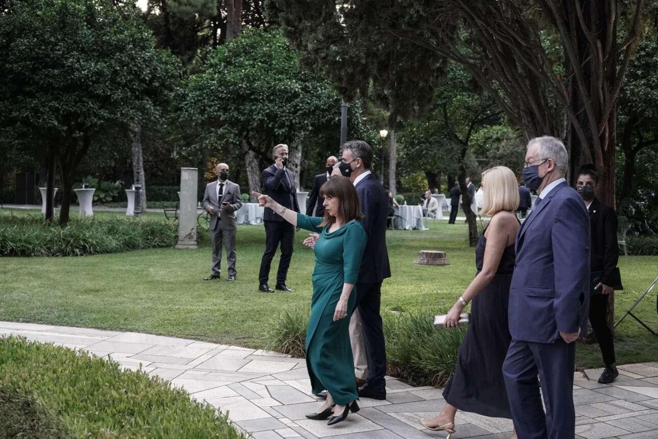 H Πρόεδρος της Δημοκρατίας Κατερίνα Σακελλαροπούλου οδηγεί τους πολιτικούς αρχηγούς
