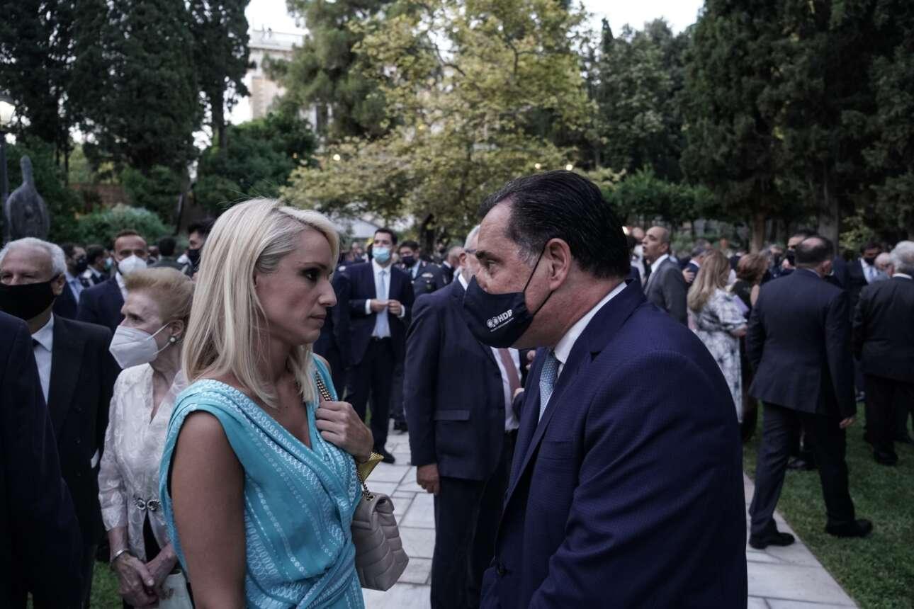 Η δημοσιογράφος Κατερίνα Παναγοπούλου, χωρίς μάσκα, ακούει τον υπουργό Ανάπτυξης Αδωνι Γεωργιάδη. Που φοράει τη μάσκα του