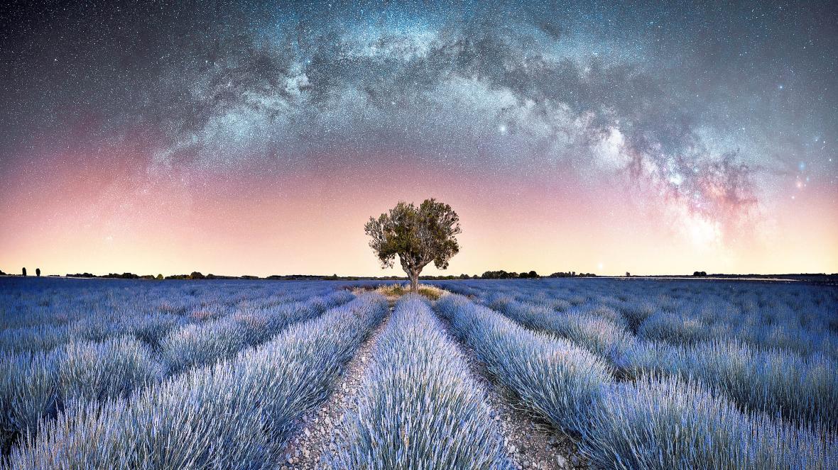 Μια από τις δομές του γαλαξία μας όπως φαίνεται από ένα χωράφι με λεβάντες στην περιοχή Βαλενσόλ στην νοτιοανατολική Γαλλία