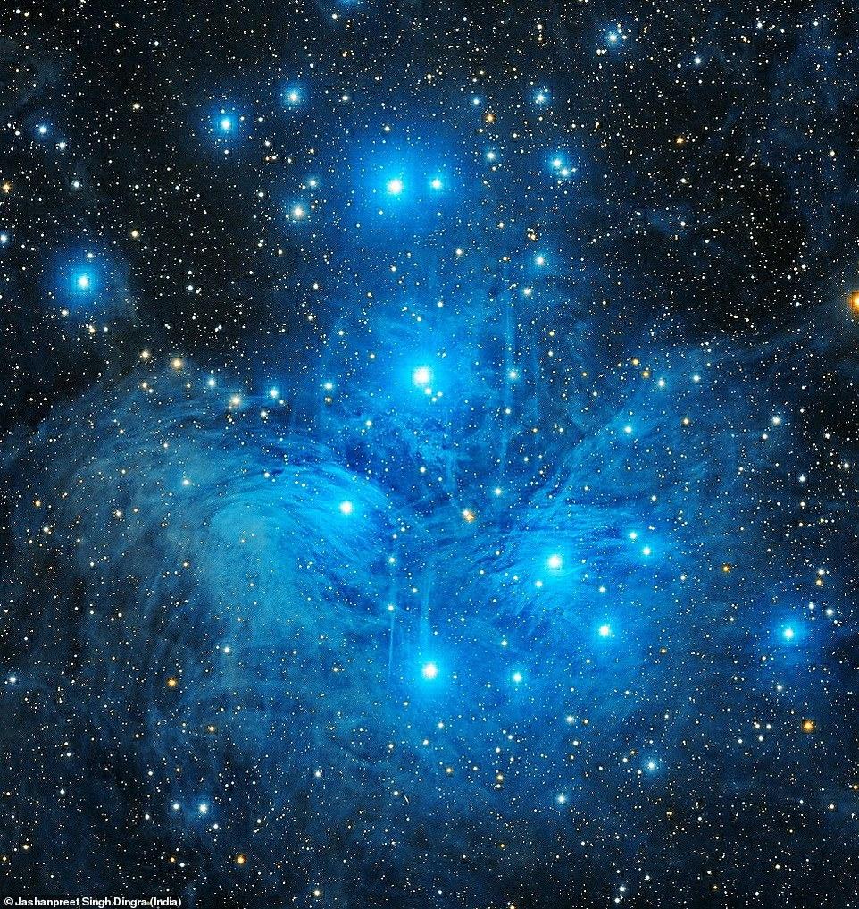 Ο φωτογράφος από την Ινδία επέλεξε τις εντυπωσιακές Πλειάδες για να διεκδικήσει ένα βραβείο στον διαγωνισμό. Πρόκειται για ένα ανοικτό αστρικό σμήνος, που ανήκει στον αστερισμό του Ταύρου. Από τους αστέρες του σμήνους των Πλειάδων είναι ορατοί με γυμνό μάτι μόνο έξι ή οκτώ αν και το σμήνος αποτελείται από 2.500 περίπου αστέρες. Οι λαμπρότεροι από αυτούς έχουν τα ονόματα των θυγατέρων του Άτλαντα και της Πλειόνης: Αλκυόνη, Μαία, Μερόπη, Ηλέκτρα, Κελαινώ, Ταϋγέτη και Στερόπη