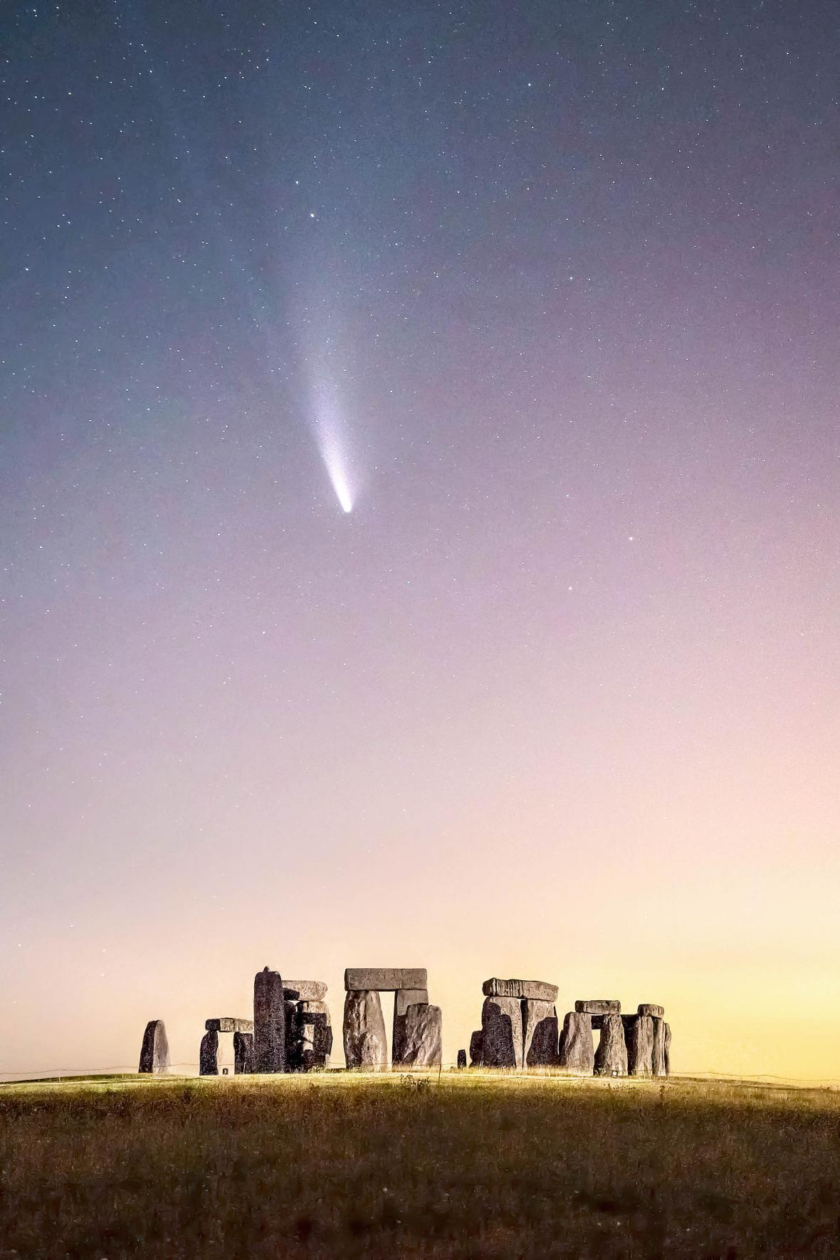 O κομήτης Neowise περνά πάνω από το Στόουνχετζ τον Ιούλιο του 2020. Την προηγούμενη φορά που πέρασε ο κομήτης αυτός από την Γη πριν από περίπου 6.800 έτη το ιστορικό μνημείο της Βρετανίας πιθανότατα δεν υπήρχε