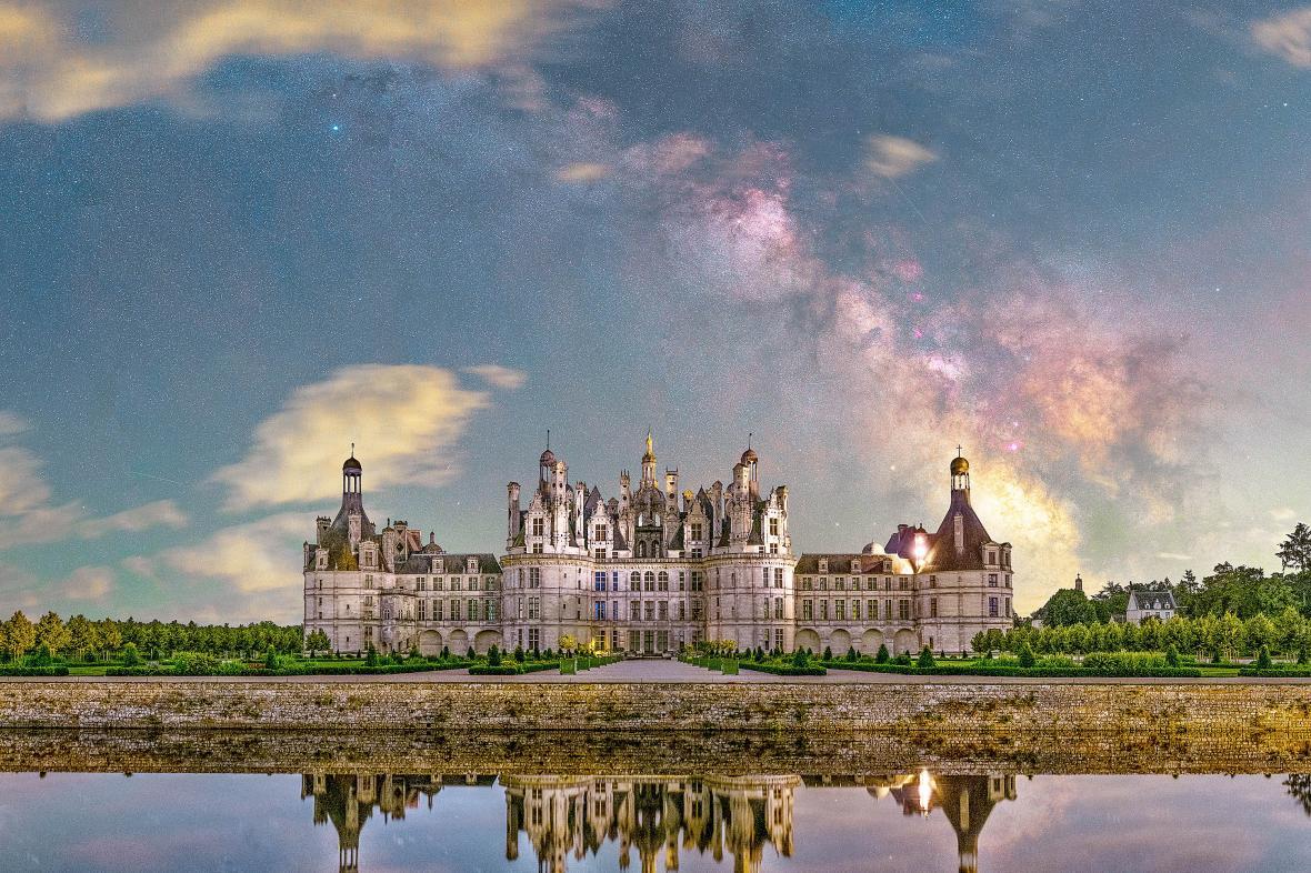 Εντυπωσιακός γαλαξιακός θόλος πάνω από το Chateau de Chambord στην Κεντρική Γαλλία