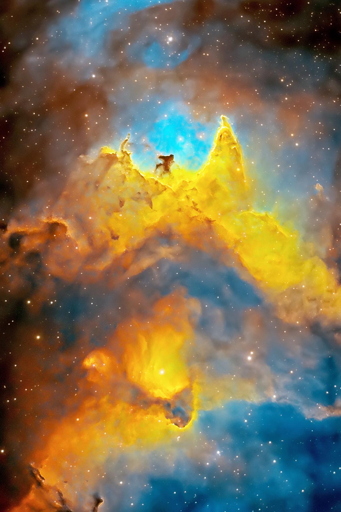O φωτογράφος προσπάθησε επί 14 ώρες να καταγράψει τις καλύτερες δυνατές εικόνες του Νεφελώματος Ψυχή που έλαβε αυτή την ονομασία λόγω του σχήματος του. Βρίσκεται στον αστερισμό της Κασσιόπης. Σε απόσταση περίπου 6.500 έτη φωτός από την Γη