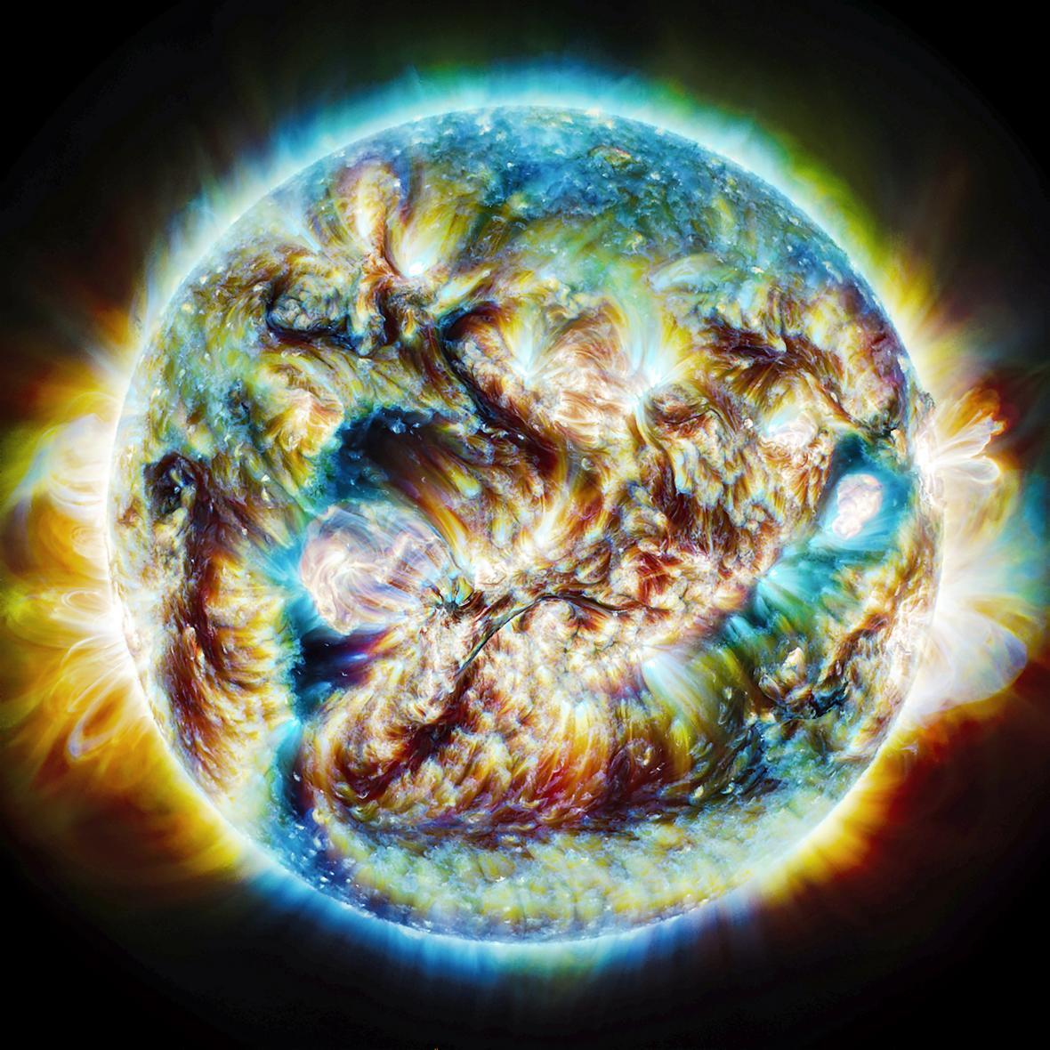 Οι ηλιακή δραστηριότητα καταγράφεται σε αυτή την φωτογραφία -σύνθεση εικόνων που ελήφθησαν σε τρία μήκη κύματος