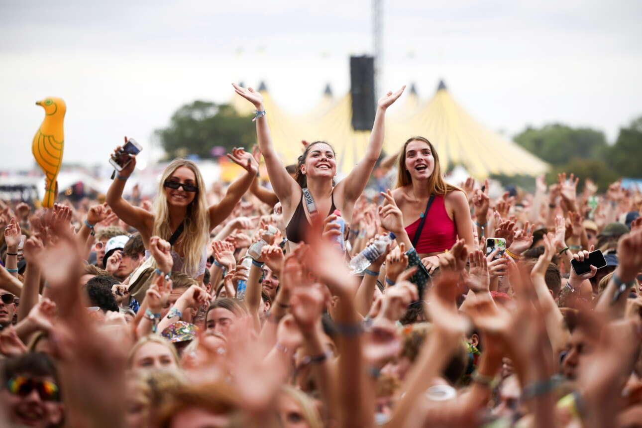Μια εικόνα που θυμίζει την εποχή πριν από τον κορονοϊό. Νέοι διασκεδάζουν, χωρίς μάσκες και αποστάσεις, σε φεστιβάλ στο Ρέντινγκ της Βρετανίας.