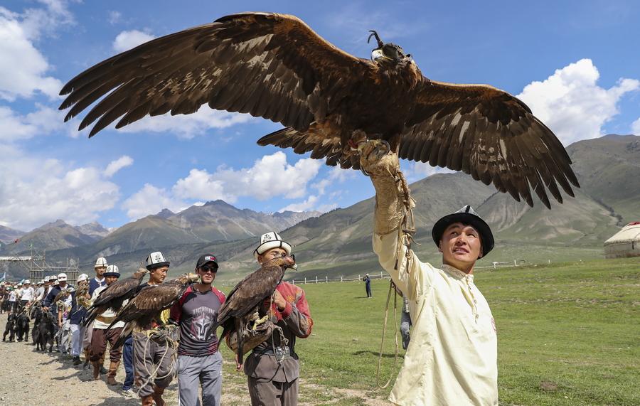 Κυνηγοί αετών που κρατούν χρυσαετούς, κατά τη διάρκεια εθνικού φεστιβάλ κυνηγιού στο φαράγγι του Κίρχιν, 350 χιλιόμετρα από την πρωτεύουσα του Κιργιστάν, Μπίσκεκ
