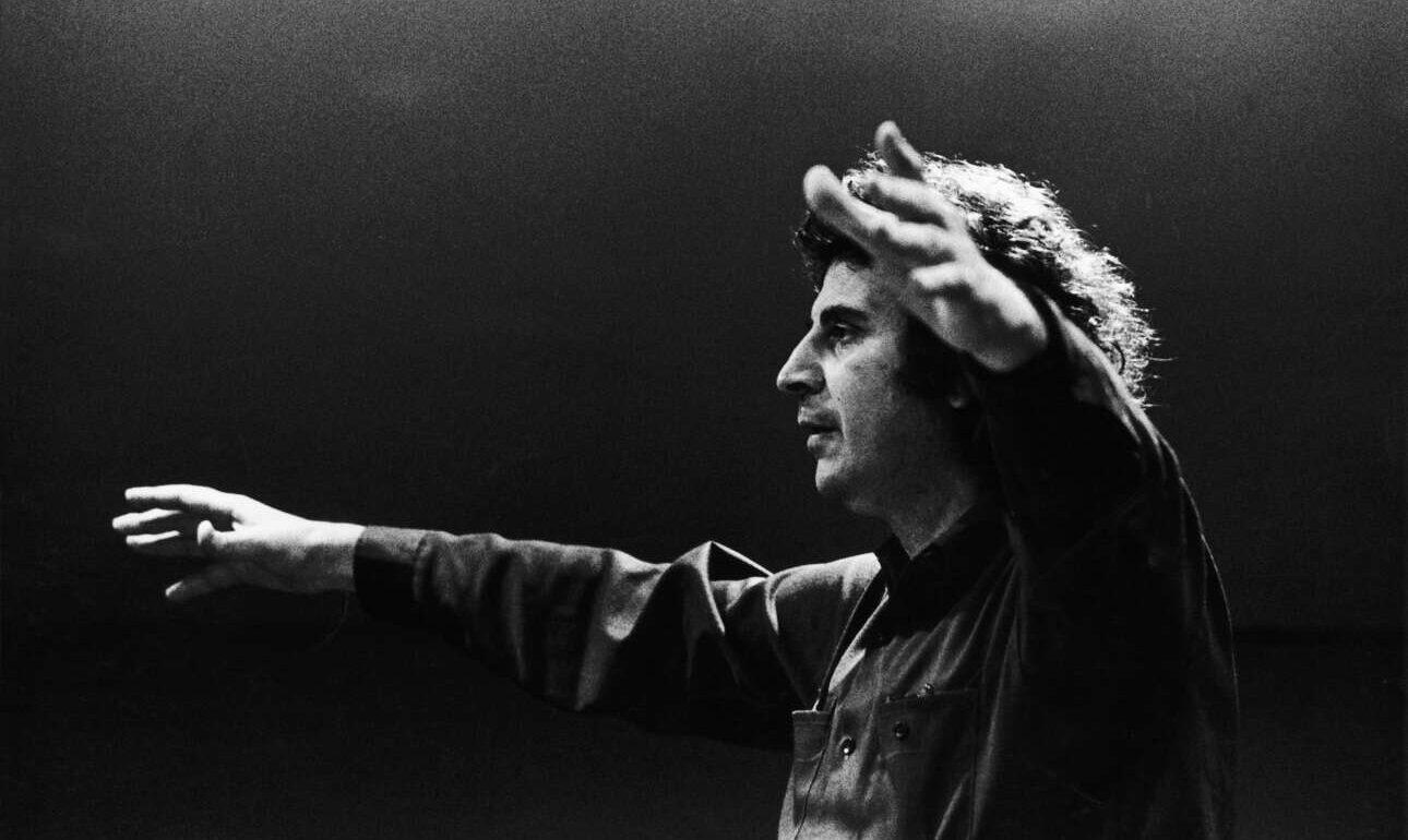 Σε συναυλία του στις αρχές της δεκαετίας του 1970, τα χρόνια του μεγάλου αγώνα κατά της Δικτατορίας