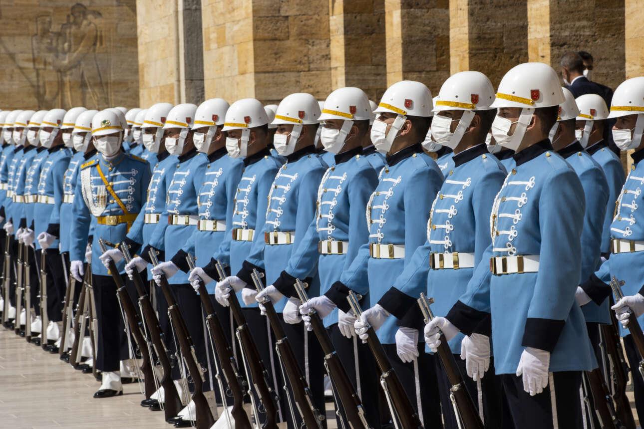 Φρουροί που φορούν μάσκες στο Ανιτκαμπίρ, μαυσωλείο της Τουρκίας, παρατάσσονται σύμφωνα με τους κανόνες κοινωνικής αποστασιοποίησης για τον εορτασμό της 99ης επετείου της «Ημέρας της Νίκης». Η «Ημέρα της Νίκης» είναι μια από τις σημαντικότερες εθνικές γιορτές στην Τουρκία με την οποία τιμάται η νίκη του τουρκικού στρατού επί των ελληνικών δυνάμεων, στη μάχη που διεξήχθη στις 30 Αυγούστου του 1922 στο Ντουμπλουπινάρ, κοντά στο Αφιόν Καραχισάρ