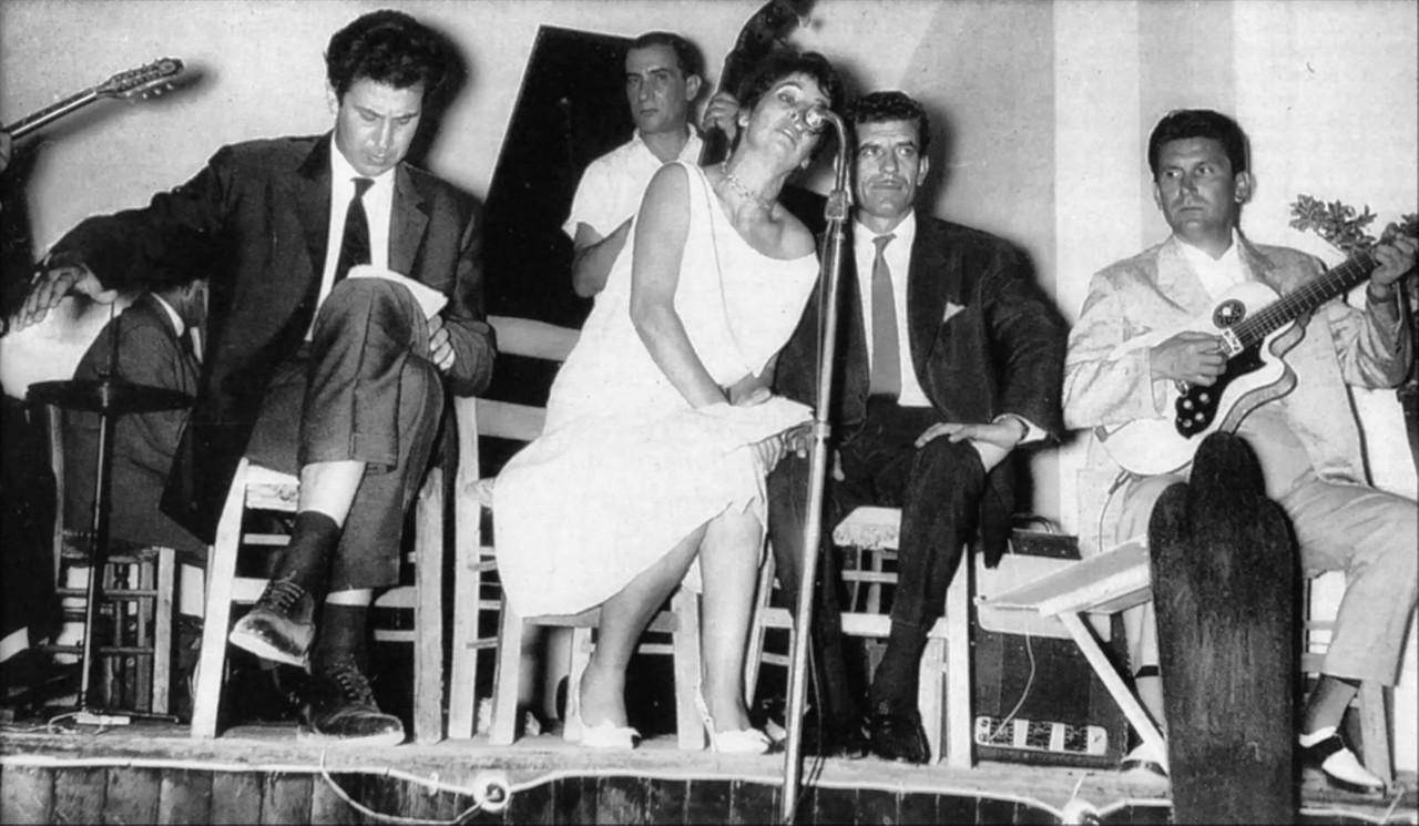 Καλοκαίρι του 1961, κέντρο «Μυρτιά». Μίκης Θεοδωράκης, Αλέκα Παϊζη, Γρηγόρης Μπιθικώτσης, παρουσιάζουν τον «Επιτάφιο»
