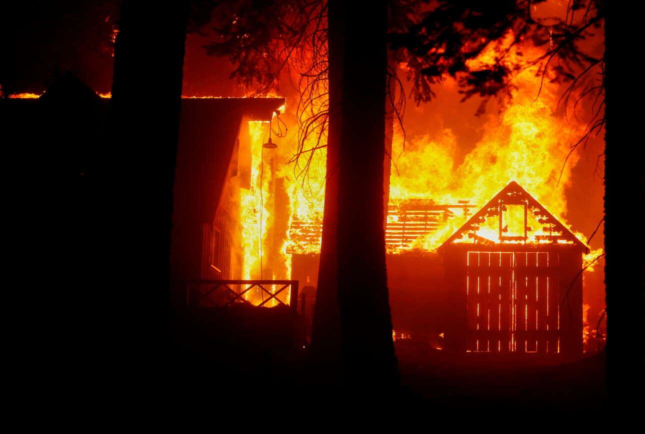 Ξύλινες κατοικίες στο δάσος παραδίδονται στη φωτιά