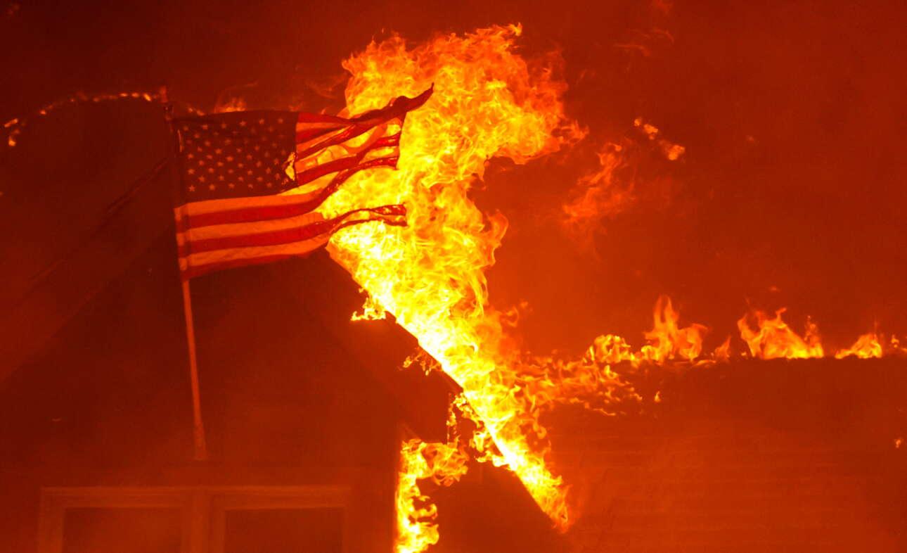 Ενα εξοχικό - και η σημαία του - καίγονται στο Φίλιπς