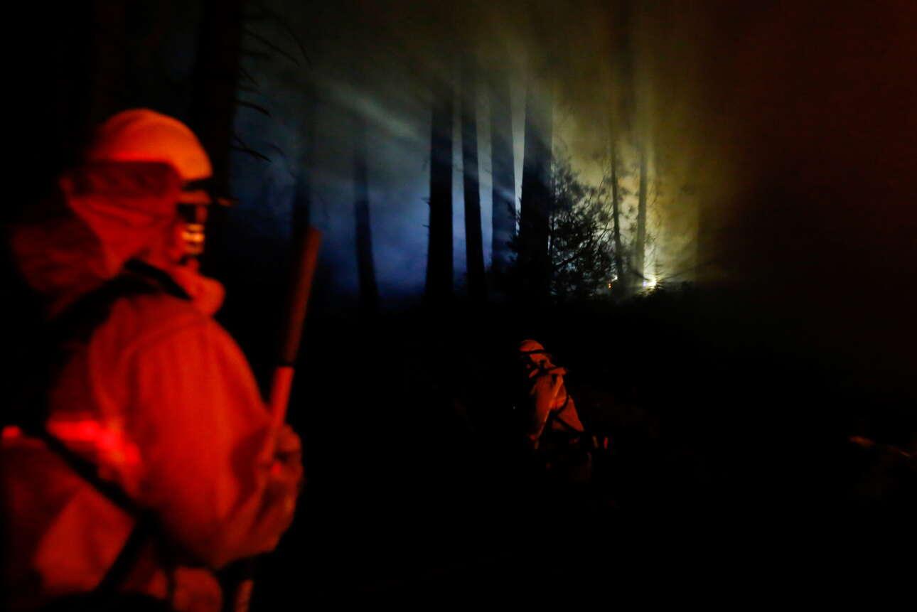Πυροσβέστες τρέχουν μέσα στα μέτωπα της πυρκαγιάς στη λίμνη Τάχο