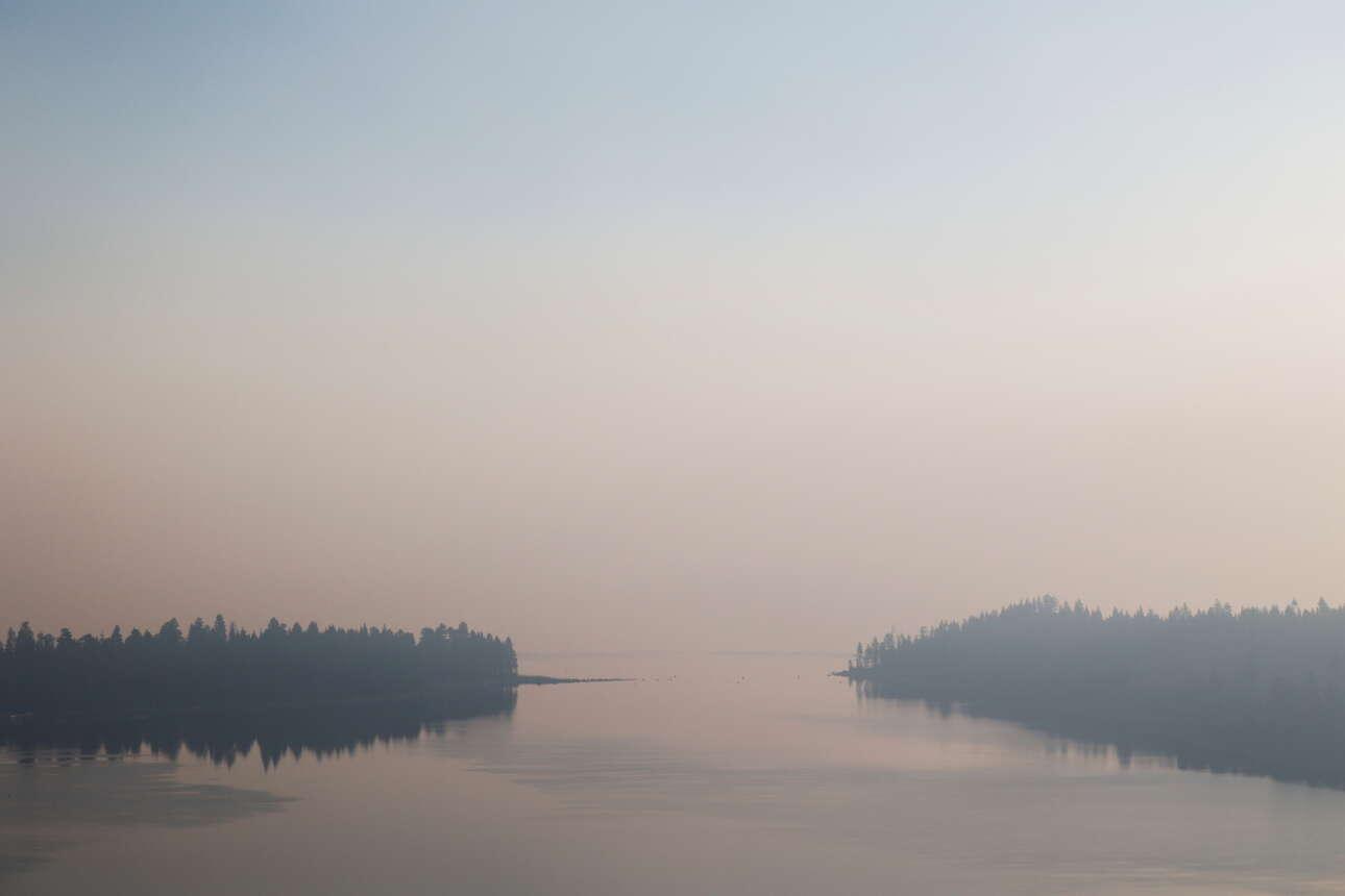 Μια λίμνη γεμάτη καπνούς, η λίμνη Τάχο, άδεια από τους τουρίστες που συγκεντρώνει τα καλοκαίρια
