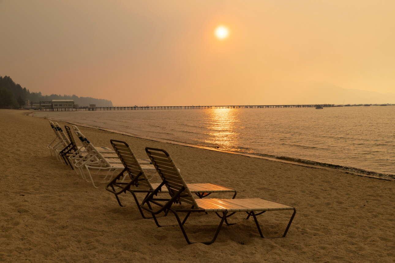 Αδειο το θέρετρο της λίμνης Τάχο, μέσα σε έναν ουρανό κίτρινο από τους καπνούς της πυρκαγιάς Κάλντορ