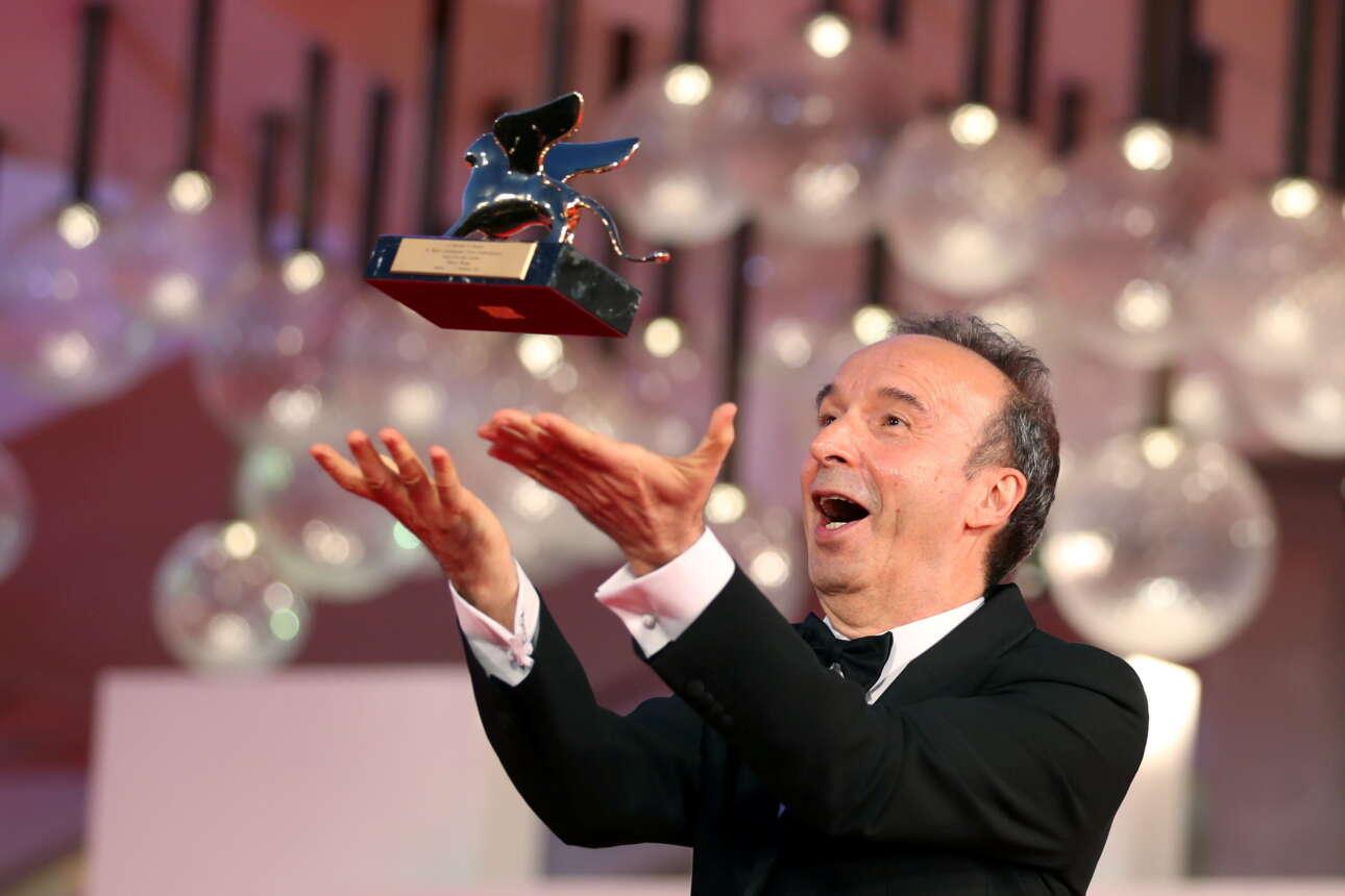 O 68χρονος δημοφιλής ιταλός κωμικός και σκηνοθέτης Ρομπέρτο Μπενίνι, κάτοχος δυο βραβείων Οσκαρ, παρέλαβε στη Μόστρα κινηματογράφου της Βενετίας τον τιμητικό «Χρυσό Λέοντα» και πέρα από το ότι τα «ιπτάμενα» σκέρτσα του σκηνή έκαναν το κοινό να διασκεδάσει, αφιέρωσε με έναν συγκινητικό λόγο το κορυφαίο βραβείο στη σύζυγό του, ηθοποιό Νικολέτα Μπράκι