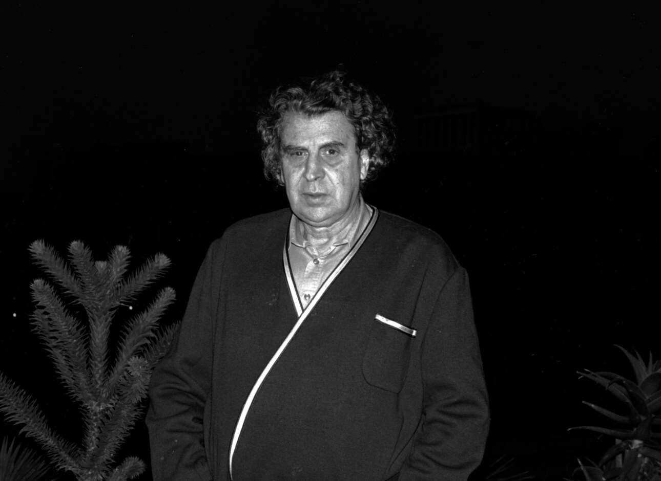 Οκτώβριος του 1989. Ο Μίκης Θεοδωράκης φωτογραφίζεται στο σπίτι του στο πλαίσιο συνέντευξης που παραχωρεί στο Reuters