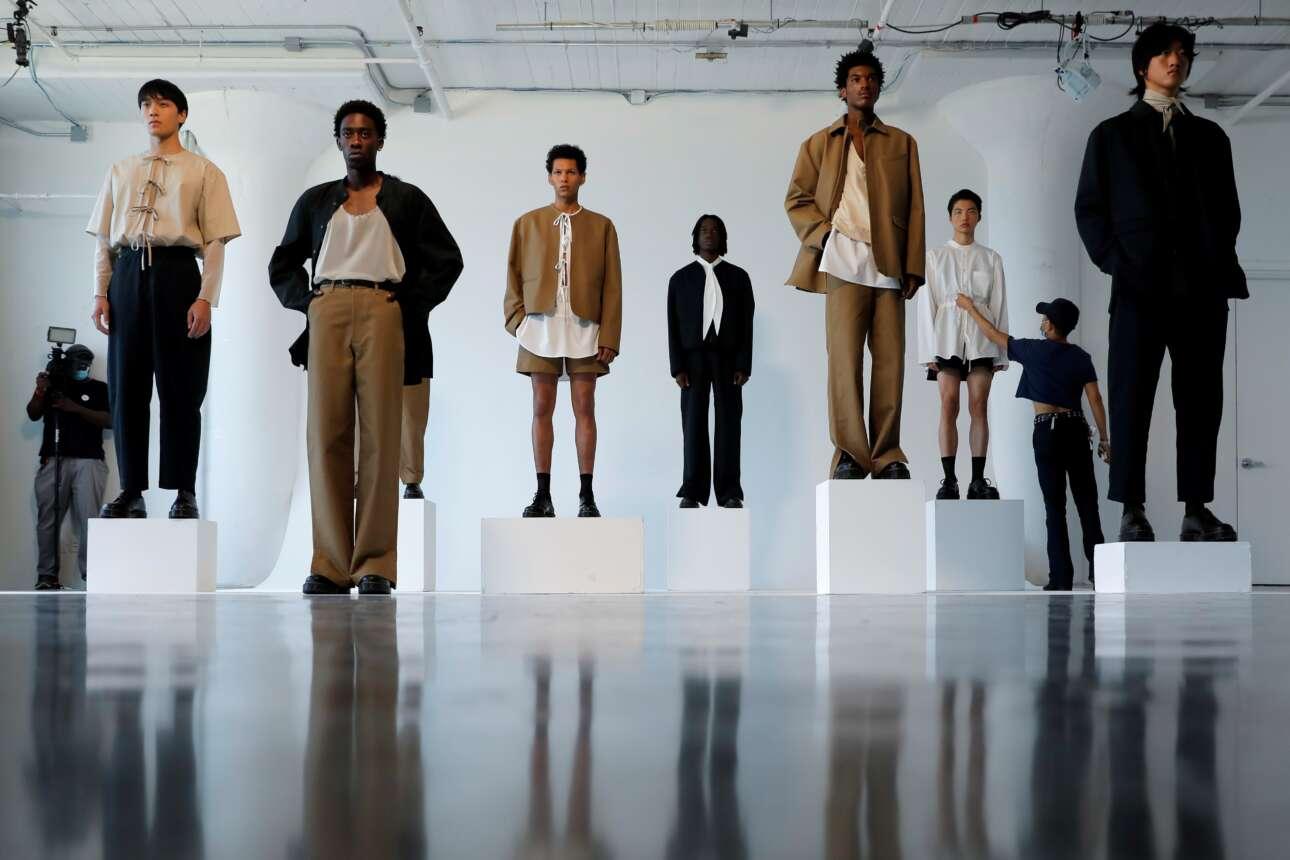 Ο μετρ του στάιλινγκ διορθώνει το μοντέλο λίγο πριν από την έναρξη κολεξιόν ανδρικών ενδυμάτων στο πλαίσιο των εκδηλώσεων της Εβδομάδας Μόδας που διεξάγεται στο Μανχάταν της Νέας Υόρκης
