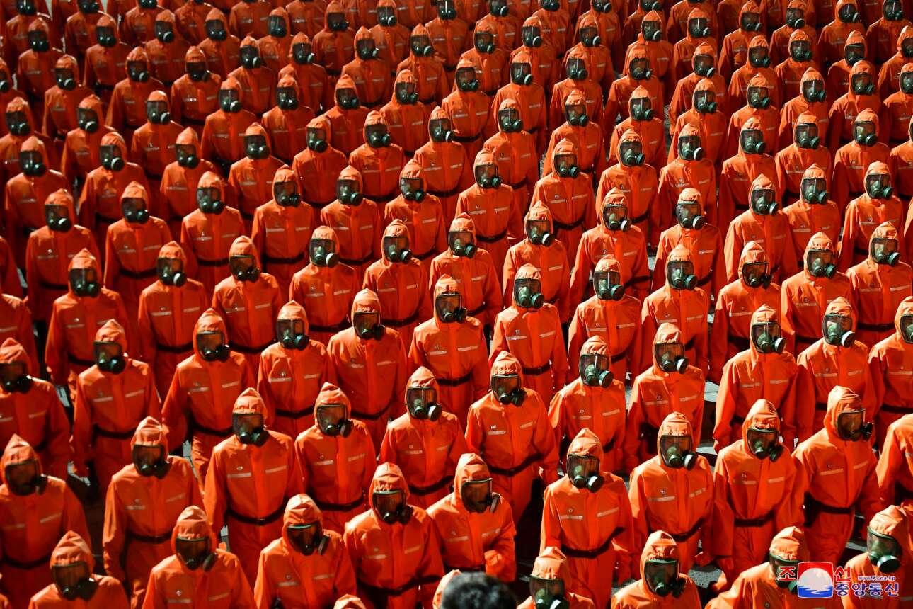 Βορειοκορεάτες παρελαύνουν με πορτοκαλί στολές χημικού ή βιολογικού πολέμου σε παράτα του καθεστώτος επί τη ευκαιρία της εθνικής εορτής της χώρας, δηλαδή της 73ης επετείου από την ίδρυση του κράτους των Κιμ