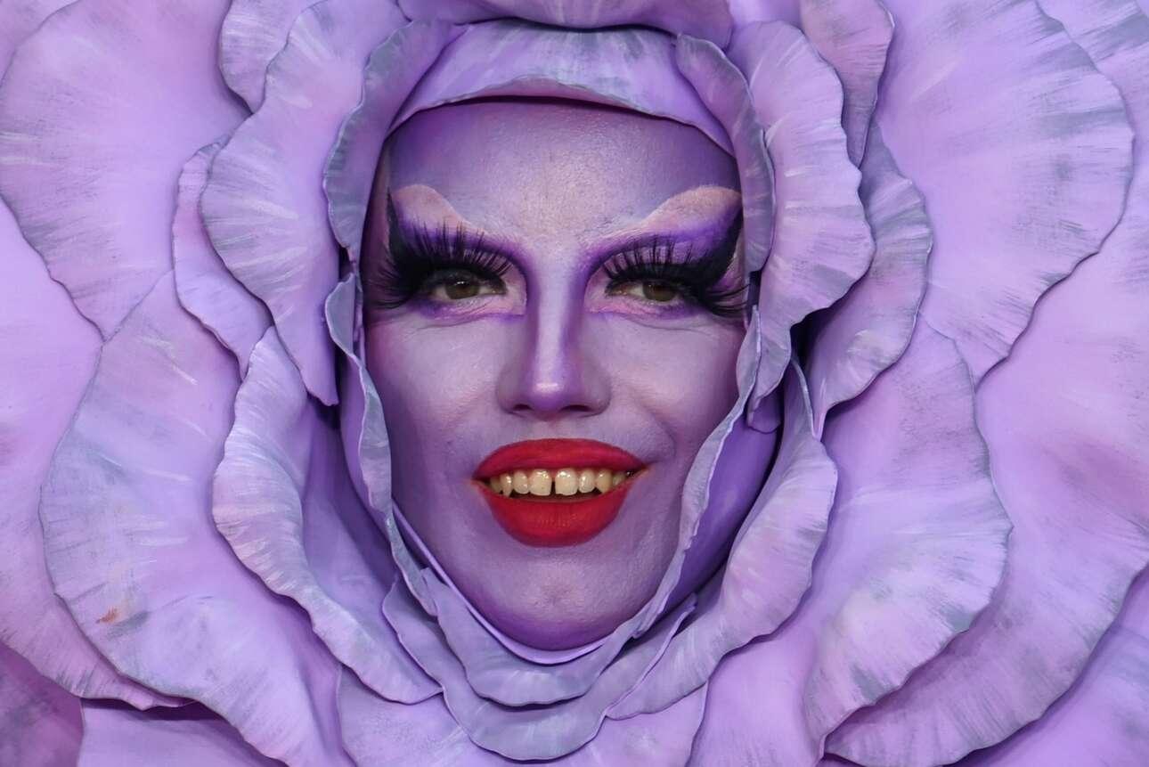 Στο θεατρικό Λονδίνο ένα εξωτικό μπουμπούκι άνοιξε και αποκάλυψε μέσα από τα ιώδη πέταλα της στεφάνης του ανθρώπινα δόντια – και τα μπροστινά και οι κυνόδοντες και οι προγόμφιοι, όλα τους ανήκουν σε θεατή της πρεμιέρας του μιούζικαλ «Everybody's Talking About Jamie»