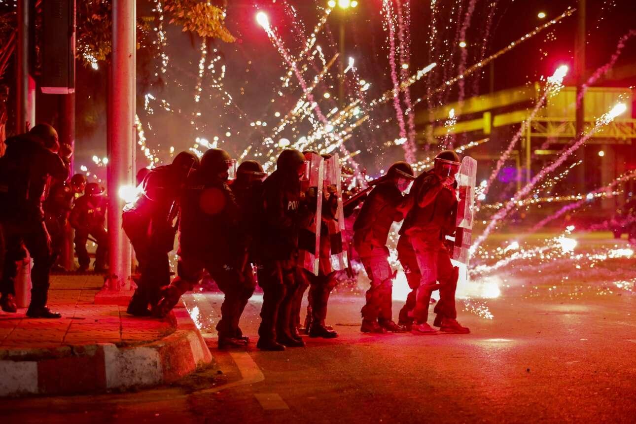 Στην Μπανγκόκ τα ταϊλανδέζικα ΜΑΤ συμμετείχαν ως στόχος στην αντικυβερνητική πορεία διαμαρτυρίας και χάρισαν αυτό το φαντασμαγορικό καρέ στον φακό όταν δέχθηκαν τις εκρηκτικές περιποιήσεις των διαδηλωτών
