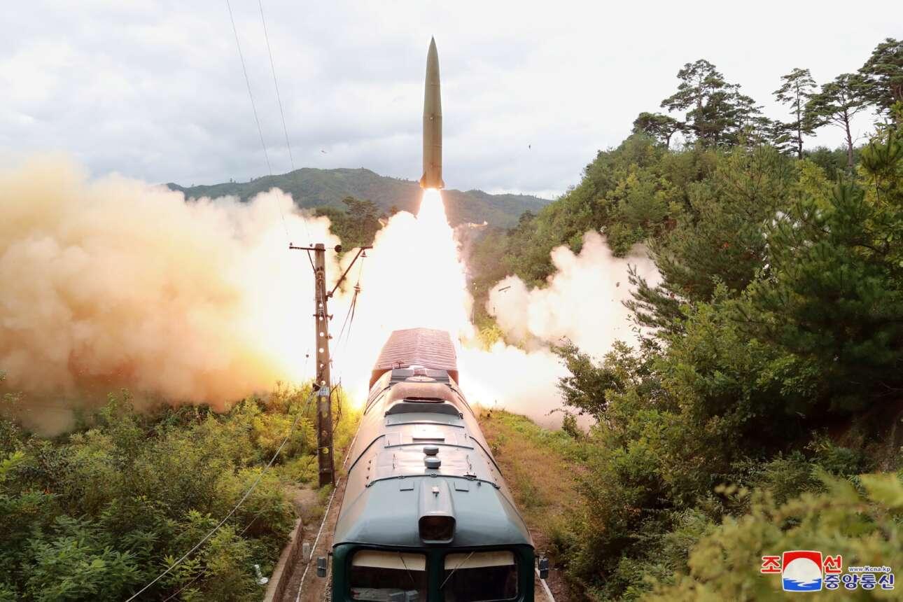 Από ένα τρενάκι σαν τον μουντζούρη του Πηλίου ή τον οδοντωτό των Καλαβρύτων ο Κιμ εκτοξεύει πυραύλους – η πατέντα θα είχε επιτυχία στον Β' Παγκόσμιο Πόλεμο. Πρόκειται για άσκηση του «Σιδηροδρομικού Συντάγματος Πυραύλων» μάς πληροφορεί το βορειοκορεατικό πρακτορείο ειδήσεων