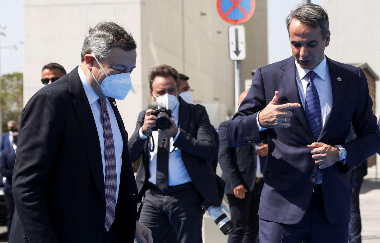 Ο Κυριάκος Μητσοτάκης με τον ιταλό ομόλογό του Μάριο Ντράγκι, με τον οποίο είχε και κατ' ιδίαν συνάντηση στο περιθώριο της Συνόδου