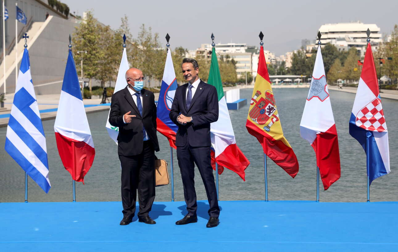 Ο Κυριάκος Μητσοτάκης με τον πορτογάλο υπ. Εξωτερικών Αουγκούστο Σάντος Σίλβα. Η Πορτογαλία ήταν η μόνη χώρα που δεν εκπροσωπήθηκε από αρχηγό κράτους ή κυβέρνησης στην EUMED