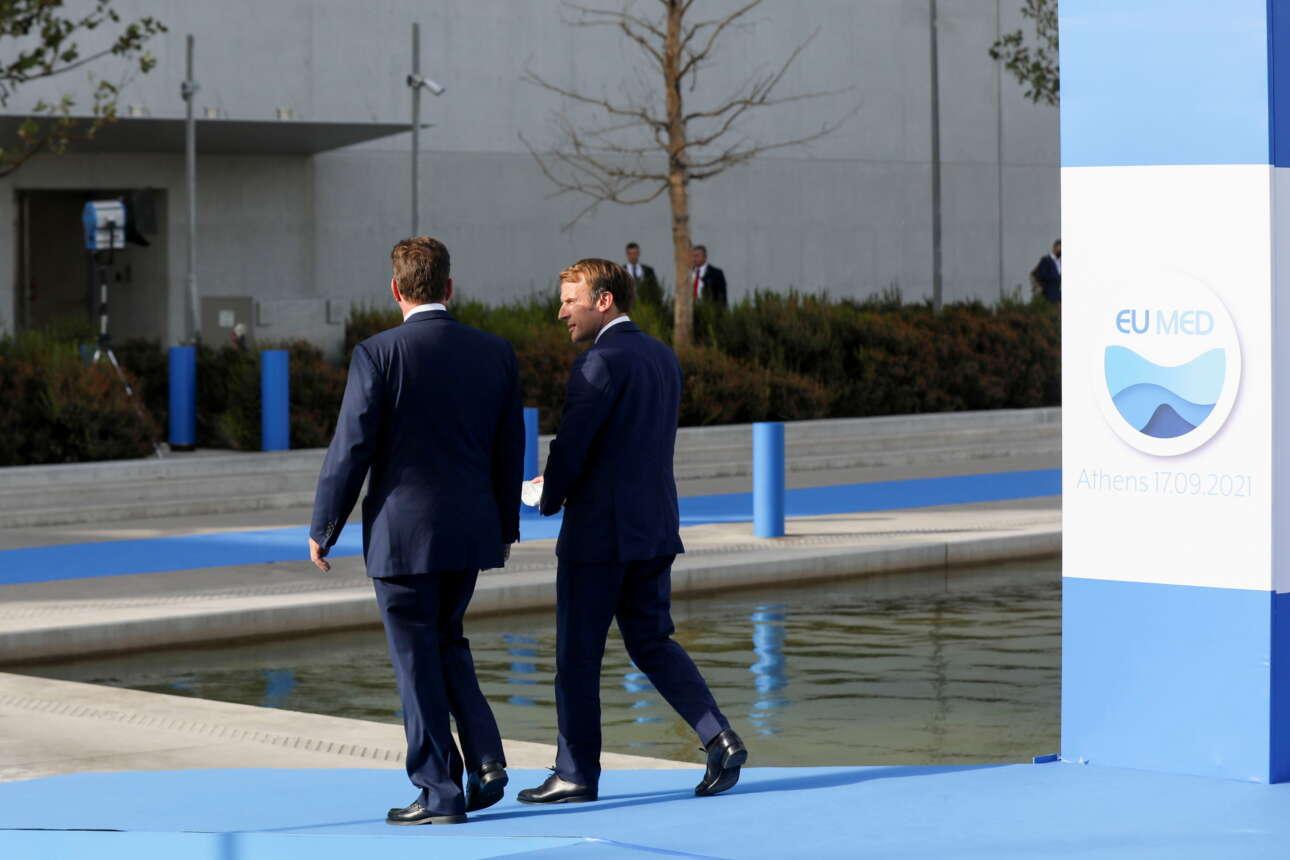 Ο Μακρόν έφτασε τελευταίος -και με σχετική καθυστέρηση- στη Σύνοδο και έτσι τον υποδέχτηκε ο αν. υπουργός Εξωτερικών Μιλτιάδης Βαρβιτσιώτης