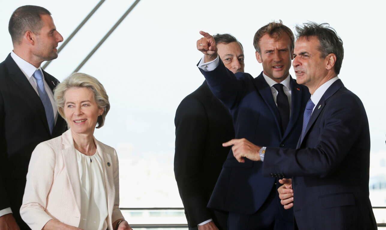 Ενα άλλο χαρακτηριστικό στιγμιότυπο από την ταράτσα του ΚΠΙΣΝ. Ο Εμανουέλ Μακρόν δείχνει κάτι στον Κυριάκο Μητσοτάκη, η Ούρσουλα φον ντερ Λάιεν κοιτάζει και αυτή. Ο Μάριο Ντράγκι μόνο έχει εντοπίσει τον φωτογραφικό φακό