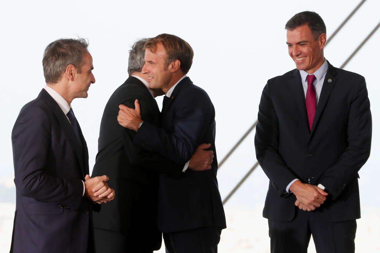 Ο Μακρόν αγκαλιάζει τον Ντράγκι, υπό το βλέμμα των Μητσοτάκη και Σάντσεθ