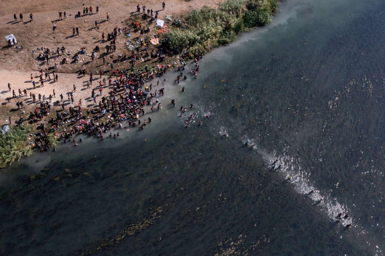Κυριακή, 19 Σεπτεμβρίου, Ντελ Ρίο, Τέξας. Μετανάστες που έχουν επιχειρήσει να εισέλθουν στις ΗΠΑ επιστρέφουν στο Μεξικό διασχίζοντας και πάλι τα νερά του Ρίο Γκράντε