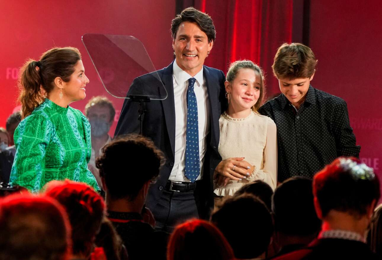 Η οικογένεια Τριντό γιόρτασε την εκλογική επιτυχία του φιλελεύθερου μπαμπά Τζάστιν με ολονύκτιο πάρτι. Το βλέμμα της συζύγου Σοφί Γρεγκουάρ δείχνει αγάπη και θαυμασμό, ενώ τα παιδιά τους, η Ελα-Γκρέις και ο Ξαβιέ, μοιάζουν ευτυχή αλλά και νυσταγμένα