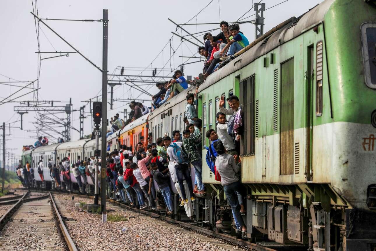 Ινδική μετάλλαξη δεν είναι η «Δέλτα»; Το ηρωικό τρένο που πέρασε από το Χατζιαμπάντ μάζεψε τον κοσμάκη, φουλάρισε τα βαγόνια του, τις σκάλες του και τα  παραπέτα του, φόρτωσε μέχρι και στην οροφή του (και εκεί, τουλάχιστον, ο φτωχός χόρτασε από αέρα)