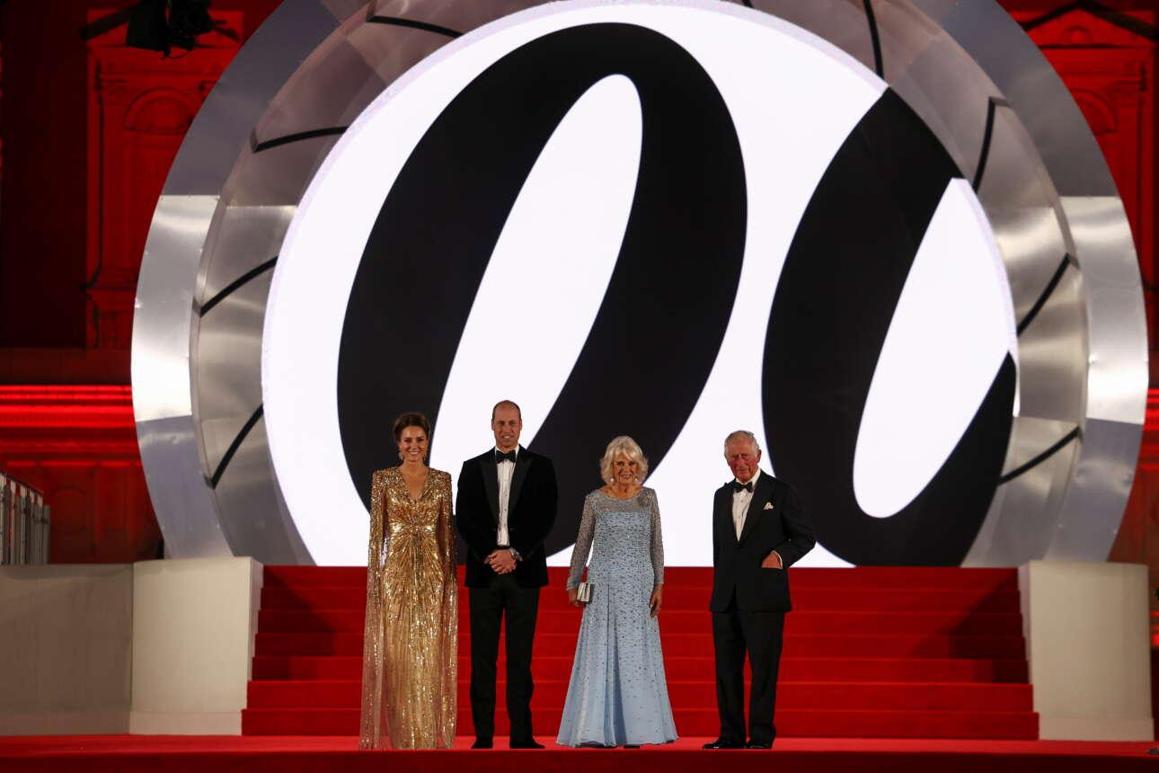 Οι τέσσερις εκπρόσωποι της βασιλικής οικογένειας ποζάρουν με το έμβλημα της κινηματογραφικής σειράς του Τζέιμς Μποντ, ενός από τα σημαντικότερα «προϊόντα» της Βρετανίας