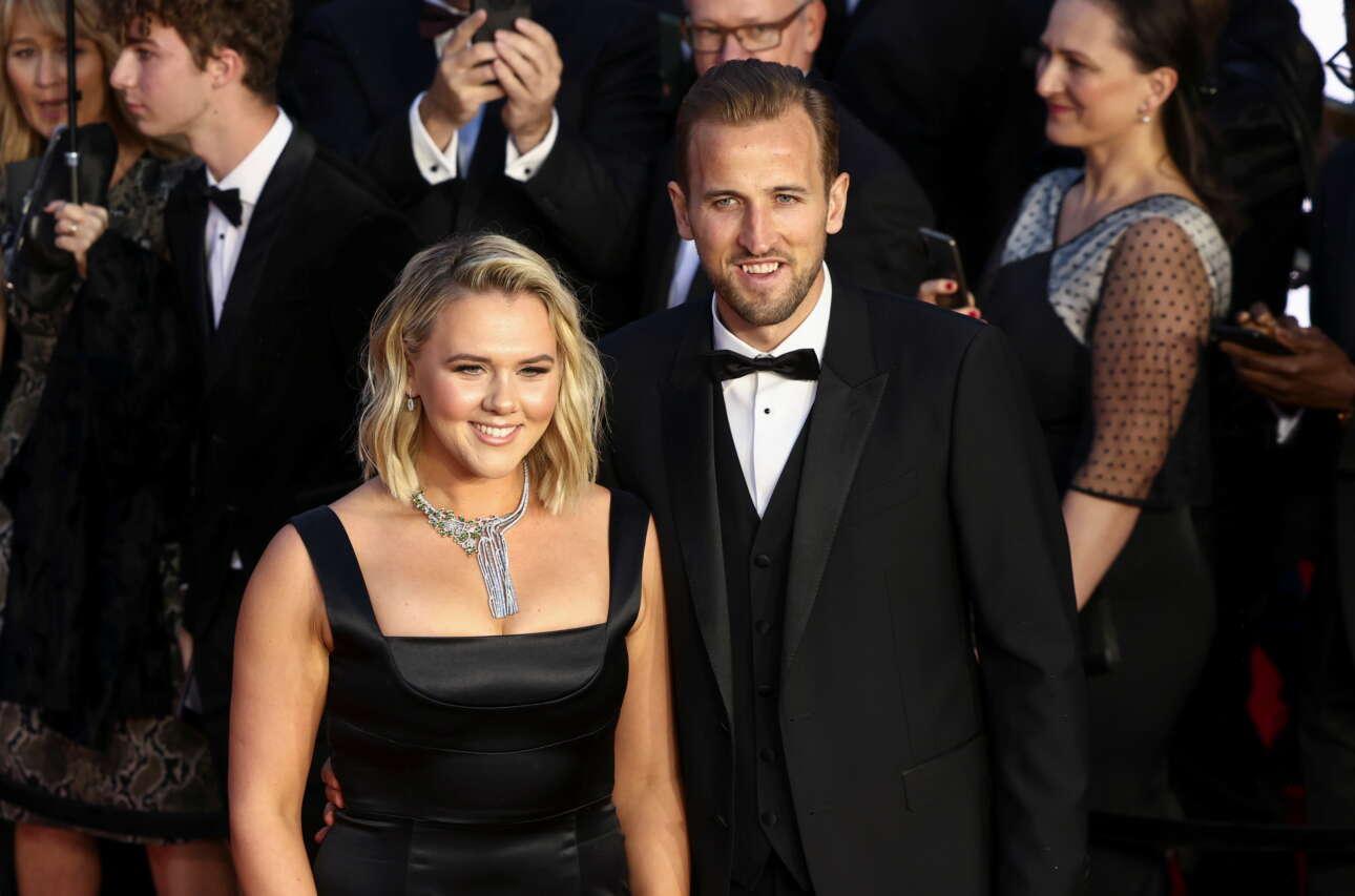 Ο αστέρας της Εθνικής Αγγλίας και της λονδρέζικης Τότεναμ Χάρι Κέιν, με τη σύζυγό του Κέιτι Γκούντλαντ, καταφθάνουν στην πρεμιέρα