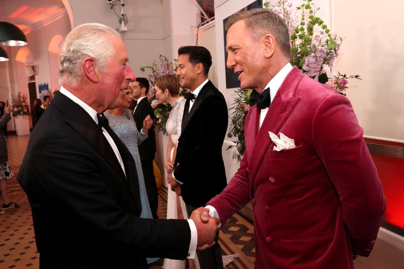 «Μπράβο 007» - «Ευχαριστώ κύριε». Θα μπορούσε να είναι πραγματικός διάλογος. Ο πρίγκιπας της Ουαλίας και διάδοχος του θρόνου Κάρολος, συγχαίρει τον Ντάνιελ Κρεγκ, τον για πέμπτη και τελευταία φορά Τζέιμς Μποντ